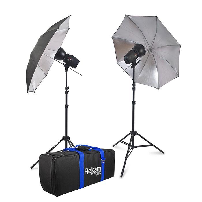Rekam Opus Digi 150M Kit комплект импульсных осветителейOpdigi 150M KITКомплект импульсных осветителей Rekam Opus Digi 150M Kit - готовое решение для небольшой студии. Благодаря LCD-дисплею с интуитивно понятной системой управления, работать с осветителем сможет даже не очень опытный пользователь. Малые габариты и вес делают комплект достаточно мобильным. Синхронизация с камерой осуществляется по световому потоку (по 1, 2 или 3 импульсу). Синхронизация возможна и при помощи входящего в комплект кабеля. Также, благодаря встроенному в осветитель светоприемному устройству («ловушке»), синхронизироваться с камерой можно при помощи инфракрасного трансмиттера (приобретается отдельно). В основе комплекта два импульсных осветителя Opus Digi 150М суммарной максимальной мощностью 300 Дж. Осветители имеют «пилотный» галогенный свет с регулировкой, мощностью до 100 Вт и цветовой температурой 3200 K°. Корпус осветителей выполнен из прочного полимерного материала с современным покрытием «rubber». Комплект может использоваться и для...
