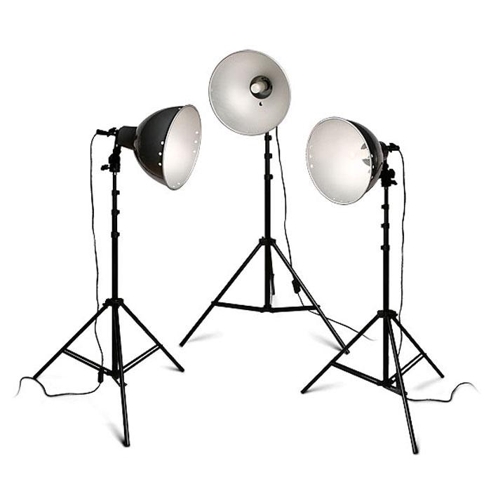 Rekam Light Kit Q-26K3/220 комплект галогенных осветителейQ-26K3/220Комплект Rekam Light Kit Q-26K3/220 рекомендуется для предметной съемки, фотографий на документы, бюстовых портретов. Благодаря несложному управлению, комплект также может служить хорошим учебным оборудованием для фотографов, только начинающих работать с постоянным светом. Легкий вес и небольшие размеры делают комплект очень мобильным и позволяют использовать для выездной или домашней фото- и видеосъемки. В основе комплекта - 3 галогенные не регулируемые по мощности лампы по 250 Вт с цоколем Е-27 и цветовой температурой 3200 °К. Отличительной чертой входящих в комплект осветителей является конструкция крепежного узла патрона, которая позволяет менять угол светового потока и имеет крепление для фото зонта с диаметром «ножки» до 9 мм. Керамические патроны рассчитаны на длительный срок службы при высоких температурах. Легкие и прочные стойки дают возможность легко менять расположение осветителей и выбирать наиболее подходящую схему освещения. Универсальные...