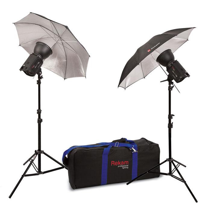Rekam HaloSuper-1K UB Kit 1 комплект галогенных осветителейHL-1K UB Kit 1Комплект Rekam HaloSuper-1K UB Kit 1 – небольшая и функциональная фото-видео студия, удобно упакованная в компактную сумку-тележку. Комплект отлично подходит для любительских и профессиональных съемок. Осветители предназначены для выполнения самого широкого круга задач фото- и видео съемки, особенно там, где использование импульса нежелательно или невозможно (или запрещено). Комплект создан на основе двух галогенных осветителей HaloLight-1000 Super, суммарной максимальной мощностью 2000 Вт. Осветители имеют прочные алюминиевые корпуса, со встроенными вентиляторами для длительной работы осветителей. Интуитивно понятная система управления облегчает работу с осветителем. Ламповые узлы защищены стеклянными колпаками, которые так же предохраняют руки фотографа. Входящие в комплект универсальные рефлекторы обеспечивают более точный контроль светотеневого рисунка.