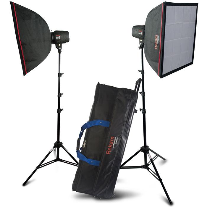 """Rekam Opus Digi 300M Kit комплект импульсных осветителейOpdigi 300M KITКомплект импульсных осветителей Rekam Opus Digi 300M Kit – это настоящее готовое решение для небольшой, любительской студии. Комплект отлично подходит также и для профессиональных съемок, когда данная мощность импульса достаточна, а мощный моделирующий («пилотный») свет не требуется. Основу комплекта составляют два импульсных осветителя Opus Digi 300M (байонет типа Bowens), суммарной максимальной мощностью 600 Дж. Осветители выполнены в прочных полимерных корпусах с современным и удобным покрытием типа """"rubber"""". Благодаря продуманной системе цифрового управления и LCD-дисплею, эффективно работать с осветителями смогут даже не очень опытные фотографы."""