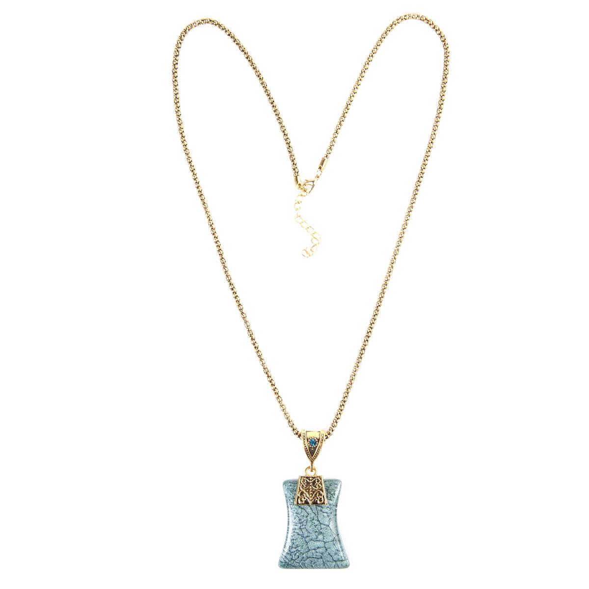 Ожерелье Модные истории, цвет: зеленый, золотой, черный. 12/0741/24312/0741/243Роскошное ожерелье Модные истории, изготовленное из металла, состоит из цепочки и стильной подвески. Металлическая подвеска оригинальной формы украшена гравированными узорами и оформлена стразом, а также крупным искусственным камнем из акриловой смолы. В комплект с подвеской входят металлическая цепочка и текстильный шнурок, которые застегиваются на замок-карабин. Длина ожерелья регулируется. Изысканное ожерелье добавит женственных ноток в образ и подчеркнет вашу утонченную натуру.