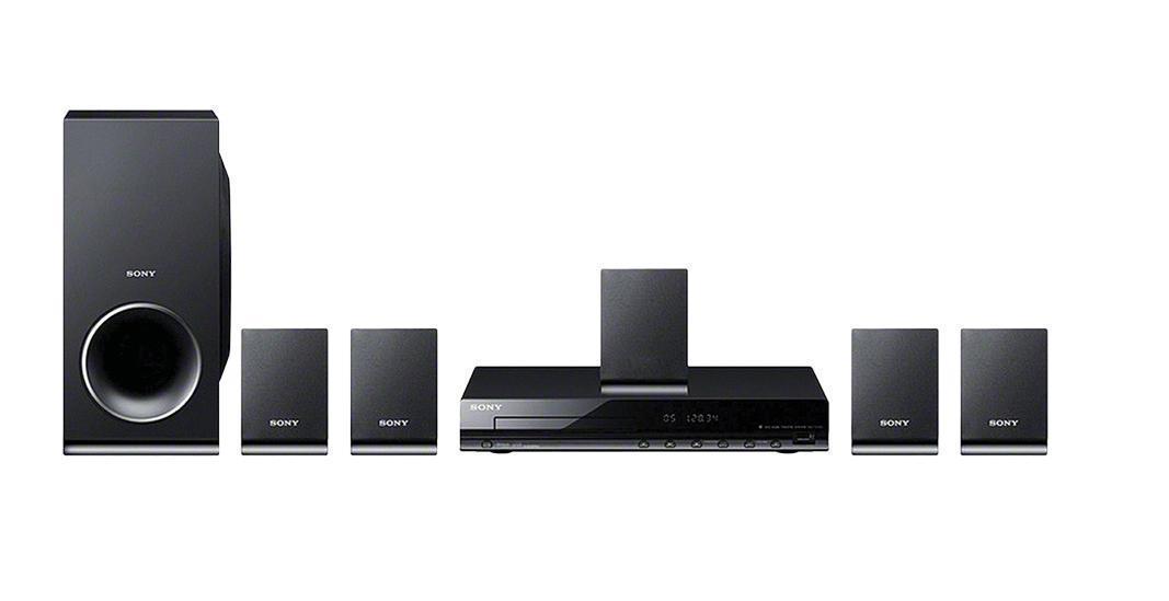 Sony DAV-TZ140 домашний кинотеатр4905524822588Sony DAV-TZ140 - легкая в управлении система объемного звучания. 350 Вт заполняющего звука от центральной АС, 4 микро-АС объемного звучания и сверхкомпактный сабвуфер. Настройка системы домашних развлечений и воспроизведение контента с помощью единого пульта ДУ. Удобное воспроизведение музыки и фильмов на большом экране с цифрового устройства, подключенного к порту USB. Выход HDMI с повышением разрешения видео до 1080p — качество изображения, приближенное к формату Full HD. Xvid — компьютерный видеокодек MPEG-4. Он сжимает видео, обеспечивая более быструю передачу по компьютерным сетям и более эффективное хранение на компьютерных дисках. С декодерами Dolby Digital и Dolby Prologic фильмы становятся еще реалистичнее. Просмотр на большом экране; передача контента с CD-диска на устройство USB — для просмотра в пути. Тюнер FM с памятью на 20 станций. Удобный пульт ДУ с возможностью управления телевизором Bravia
