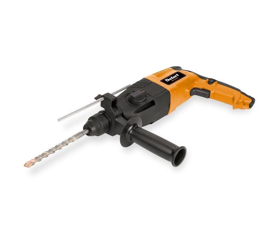Перфоратор электрический DRH-620N-K DEFORT, цвет: черный, оранжевый93720353Домашний помощник Производитель ручного инструмента Defort создал модель DRH для использования как в быту, так и на производстве. Перфоратор предназначен для создания отверстий в металле, в дереве и других твердых материалах. В режиме «сверление с ударом» или «долбление» инструмент способен продолбить отверстие в бетоне, кирпиче, керамике. Отличная производительность При относительно не сложных видах работ, а также при эксплуатации инструмента на высоте вам необходим сравнительно легкий и производительный перфоратор. Именно таким является DRH от производителя Defort. Весом 2.8 кг, он снабжен мощным двигателем 620 Вт и длинным сетевым кабелем 2.8 м. Модель имеет функцию удара с энергией 2.2 Дж, частотой 4750 уд/мин., что делает его отличным «убийцей» бетона и кирпича. Долбить или сверлить Самым популярным режимом большинства перфораторов является режим «сверления с ударом», при котором рабочая оснастка получает...