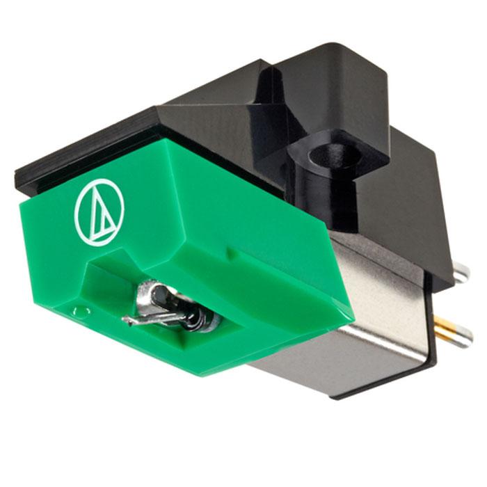 Audio-Technica AT95EBL головка звукоснимателя10102273Звукосниматель MM-типа Audio-Technica AT95EBL является в настоящее время весьма популярным на рынке, и очень часто устанавливается в качестве базовой головки на проигрывателях многих изготовителей. Этот звукосниматель имеет стандартные параметры, что делает его совместимым с самыми различными тонармами и предусилителями-корректорами. Оптимальное входное сопротивление фонокорректора для точного согласования с головкой Audio-Technica AT95EBL составляет 47 кОм. Звукосниматель оснащен такой же двойной магнитной системой, что и знаменитые головки Audio-Technica AT440MLa и AT150MLX, но предлагается по гораздо более доступной цене. AT95EBL оснащен сменной алмазной иглой ATN95 с эллиптической заточкой, и обеспечивает выходное напряжение в 3,5 милливольта. Головка обладает широкими динамическим и частотным диапазонами, и, не смотря на весьма скромную стоимость, обеспечивает очень хорошее качество звучания. Она представляет собой достойный выбор для...