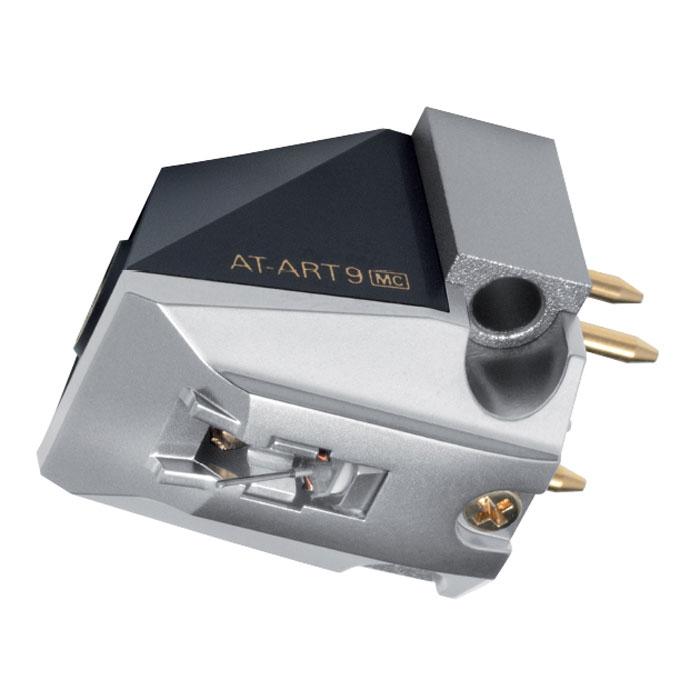 Audio-Technica AT-ART9 головка звукоснимателя15117956Головка звукоснимателя Audio-Technica AT-ART9 с подвижной катушкой с магнитным сердечником обладает выходным напряжением в 0,5 мВ и повторяет дизайн и некоторые конструктивные особенности культового юбилейного MC-картриджа Audio-Technica AT50ANV. Корпус модели имеет оригинальный внешний вид с характерными «рублеными» формами. Его основание изготовлено из прошедшего специальную машинную обработку алюминия и служит для крепления преобразователя – подвижной системы, состоящей из двух катушек с магнитными сердечниками, а также мощного неодимового магнита, позволяющего снизить массу и размеры картриджа. Верхняя часть корпуса выполнена из прочного пластика. Благодаря такой конструкции головке звукоснимателя удается уверенно противостоять паразитным резонансам. Провода катушек выполнены из бескислородной очищенной монокристаллической меди PCOCC, позволяющей обеспечить более качественную передачу сигнала. В преобразователе также задействованы элементы из ...