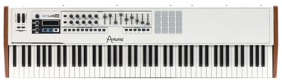 Arturia KeyLab 88 MIDI-клавиатураKeyLab 88Arturia KeyLab 88 представляет новейшее поколение профессиональных MIDI-клавиатур от известного во всем мире бренда. Данная модель создана специально для профессиональной аудитории, традиционно бескомпромиссной в своих требованиях к рабочим инструментам В клавиатуре Arturia KeyLab 88 применена, пожалуй, лучшая на сегодня молоточковая механика Fatar, которая способна предложить все необходимое для максимально комфортного исполнения музыкальных партий любой сложности. Клавиши полноразмерные, с поддержкой эффекта послекасания. Arturia KeyLab 88 среди стандартных разъемов имеет специальную розетку для подключения духового контроллера. Боковые панели корпуса устройства - деревянные, остальной корпус выполнен из жесткого листового алюминия. Сборка вызывает только позитивные эмоции. В комплекте с клавиатурой предлагается программный пакет Analog Lab с 5000 пресетов аналоговых синтезаторов. ПО полностью совместимо с Windows 7-8 и Mac OS X 10.6 и выше.