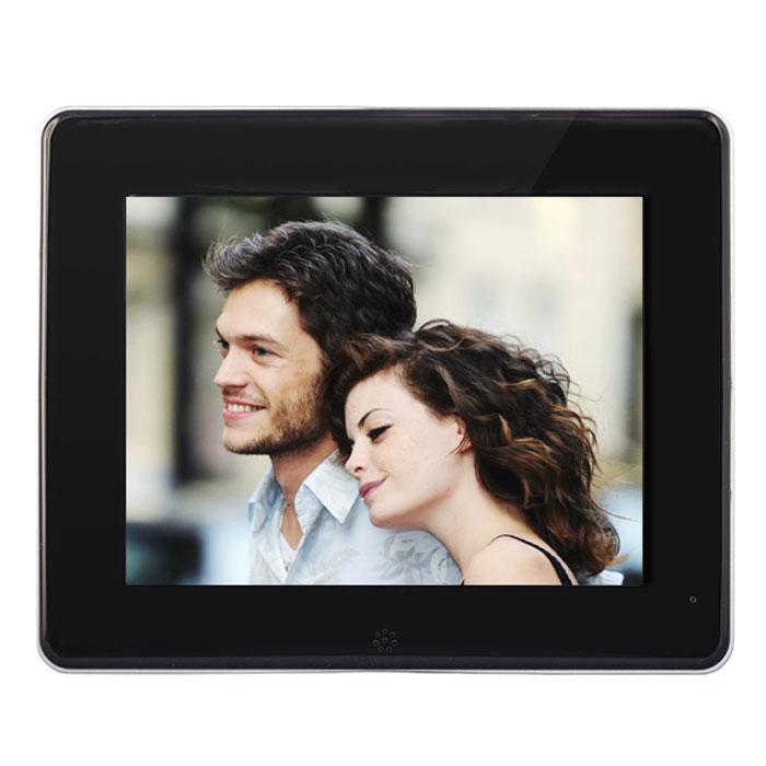Rekam DejaView SL885 цифровая рамкаSL885Цифровая фоторамка Rekam DejaView SL885 имеет удобный корпус - тонкую, стильную панель с металлической окантовкой и устойчивой, компактной подставкой, уже ставший хитом для фоторамок данной серии. Главное преимущество новой фоторамки - яркий 8-дюймовый HD-экран с разрешением 1024 x 768 точек. Удобное, понятное меню фоторамки позволяет легко ориентироваться в архиве фотографий. Поддержка карт памяти и USB разъем позволяют просматривать большое количество фотографий в формате JPG. Изображения можно смотреть в режиме слайд-шоу, добавлять эффекты перехода или листать самостоятельно. Дополнительные функции дают возможность использовать фоторамку как настольные часы и календарь с одновременным показом фотографий.