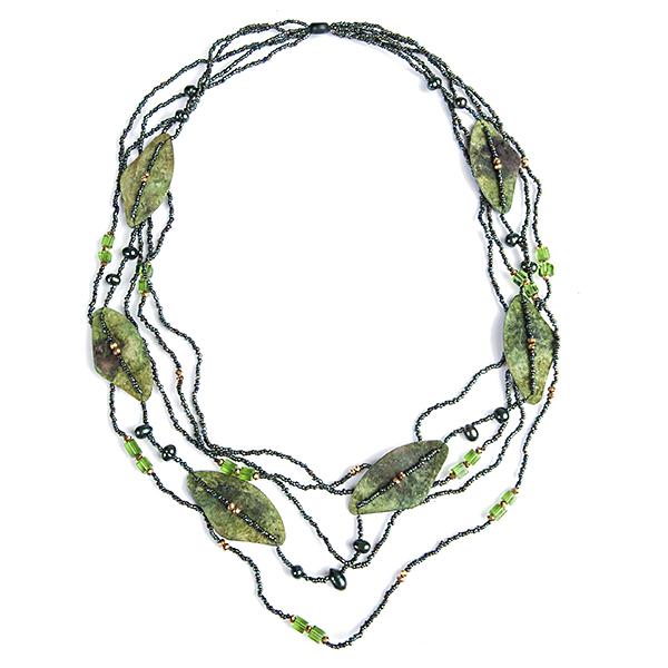 Колье Selena Mindora, цвет: зеленый. 1008679110086791Роскошное колье Selena Mindora изготовлено из морской ракушки. Модель декорирована камнями из ювелирного стекла, бисером и жемчугом. Изысканное колье поможет создать уникальный и запоминающийся образ.
