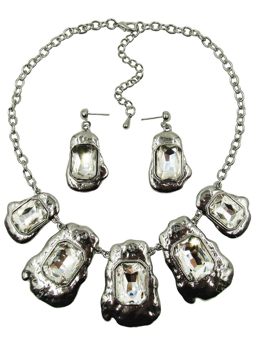 Набор бижутерии Taya: колье, серьги, цвет: серебристый. T-B-9293-SET-SILVERT-B-9293-SET-SILVERСтильный набор украшений Taya, состоящий из колье и сережек, выполненный из гипоаллергенного сплава на основе латуни (не содержит свинец и никель). Серьги декорированы оригинальными подвесками со стразами. Изделие застегивается при помощи замка-гвоздика и силиконовых заглушек. На пластинах из расплавленного и вмиг затвердевшего серебристого металла расположены крупные ограненные стеклянные камни. Эти камни будто вмерзли в металл, они становятся частью его и только при правильном попадании света становится понятно, что металл так искрится не может. Колье застегивается при помощи замка-карабина. Длина колье регулируется. Необычный комплект украшений поможет вам создать уникальный и запоминающийся образ и позволит выделиться среди окружающих. Комплект подойдет как для вечернего образа, так и на каждый день для завершения вашего наряда.