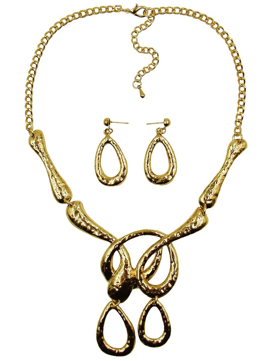 Набор бижутерии Taya: колье, серьги, цвет: золотой. T-B-9294-SET-GOLDT-B-9294-SET-GOLDСтильный набор украшений Taya, состоящий из колье и сережек, выполнен из гипоаллергенного сплава на основе латуни (не содержит свинец и никель). Серьги декорированы оригинальными подвесками в виде капель. Изделие застегивается при помощи замка-гвоздика и силиконовых заглушек. Колье по форме напоминает расплавленное золото, которое перетекает и завершается двумя крупными подвесками-каплями, полностью повторяющими размер и форму сережек. Изделие застегивается при помощи замка-карабина. Длина колье регулируется. Необычный комплект украшений поможет вам создать уникальный и запоминающийся образ и позволит выделиться среди окружающих. Комплект подойдет как для вечернего образа, так и на каждый день для завершения вашего наряда.