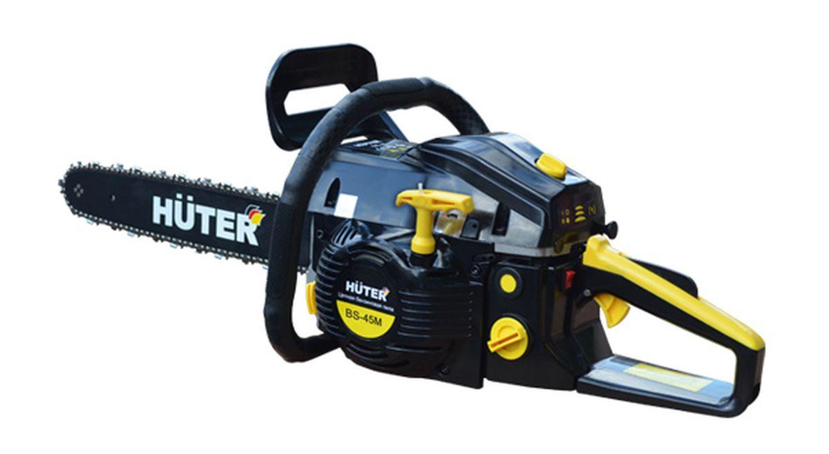 Бензопила Huter BS-45M BlackBS-45M BlackМодель бензиновой пилы от латвийского производителя «Huter» BS-45М предназначена для лёгких бытовых работ на даче, частном доме, гараже, небольшой мастерской или саду. Пила может выполнять распиловку любого вида древесины, а также изделий из дерева. Высокую скорость распиловки обеспечивает мощный бензиновый двигатель внутреннего сгорания. Его мощность достигает 1,7 кВт, а объем рабочей части – 45 «кубиков». Длина шины достигает 400 мм или 16 дюймов. Шину покрывает качественная пильная цепь с 57 звеньями. Сама цепь выполнена из очень качественного металлического сплава, устойчивого к высоким механическим нагрузкам. Шаг цепи составляет 1.33 мм, толщина одного звена – 3/8 дюйма. Смазка цепи осуществляется прямо во время работы автоматически. Над шиной возвышается щиток ручного тормоза, что очень важно в целях осуществления безопасности. Основную часть корпуса в его передней части огибает дугообразная рукоятка. Она очень удобна, т.к. позволяет оператору...