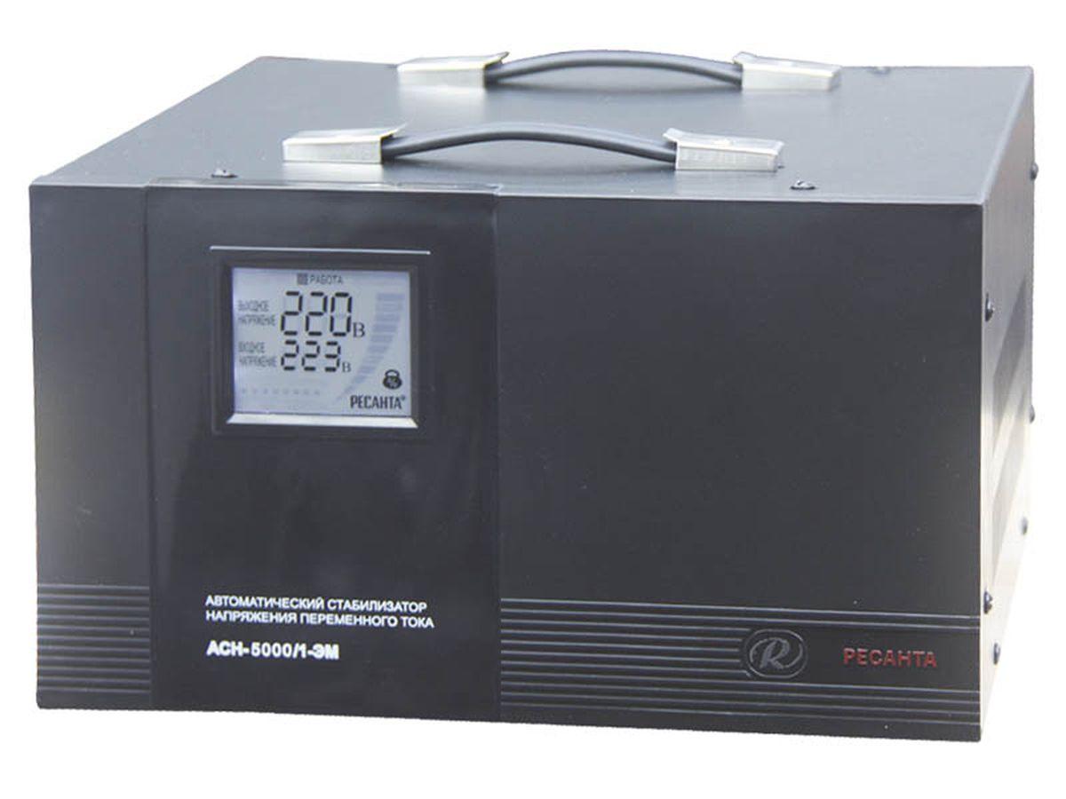 Стабилизатор напряжения Ресанта АСН-5000/1-ЭМACH 5000/1-ЭМСтабилизатор напряжения АСН 5000/1-ЭМ Ресанта предназначен для обеспечения качественного электропитания и долгой работы различных бытовых устройств в условиях нестабильного напряжения в сети. Данный стабилизатор может обеспечивать стабильным питанием - морозильные камеры, кофеварочная машина, домашний кинотеатр, сервер. Принцип работы. На трансформаторе данного стабилизатора установлен электродвигатель, который перемещает щетку с графитовым наконечником по виткам катушки в момент изменеия входного напряжения. Двигатель имеет четко заданную скорость, за счет этого время регулировки в данном стабилизаторе составляет 10 В/сек. Высокая точность выходного напряжения достигается за счет того, что щетка считывает информацию с каждого витка(1 виток ориентировочно равен 1 вольту), погрешность составляет всего 2%, т.е. 4,4В.Такой стабилизатор стоит устанавливать в места где входное напряжение пониженное или повышенное, но без частых колебаний.