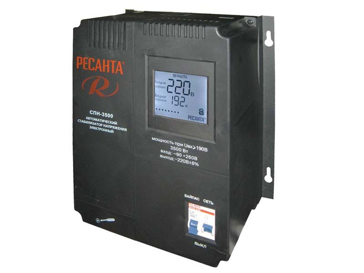 Ресанта Стабилизатор СПН- 5400Вт63/6/26Настенный релейный стабилизатор пониженного напряжения Ресанта СПН-3500 предназначен для автоматического поддержания в электрической сети заданного напряжения (220 В). Устройство оснащено двухсекционным автоматическим выключателем с блокировкой возможности одновременного включения. При включении в положение Сеть нагрузка подключится к сети через стабилизатор, при включении в положение Байпас нагрузка будет подключена к сети в обход системы стабилизации. Стабилизатор Ресанта СПН-3500 обеспечивает полную защиту электроприборов и электрооборудования бытового и промышленного назначения от внезапного изменения напряжения электросети, стабильное электропитание оборудования в условиях продолжительного по времени заниженного или завышенного напряжения электросети, возможность безотказной и правильной работы электрооборудования в условиях нестабильного напряжения электросети. Устройство осуществляет непрерывный контроль напряжения на входе и выходе, фильтрацию сетевых помех,...