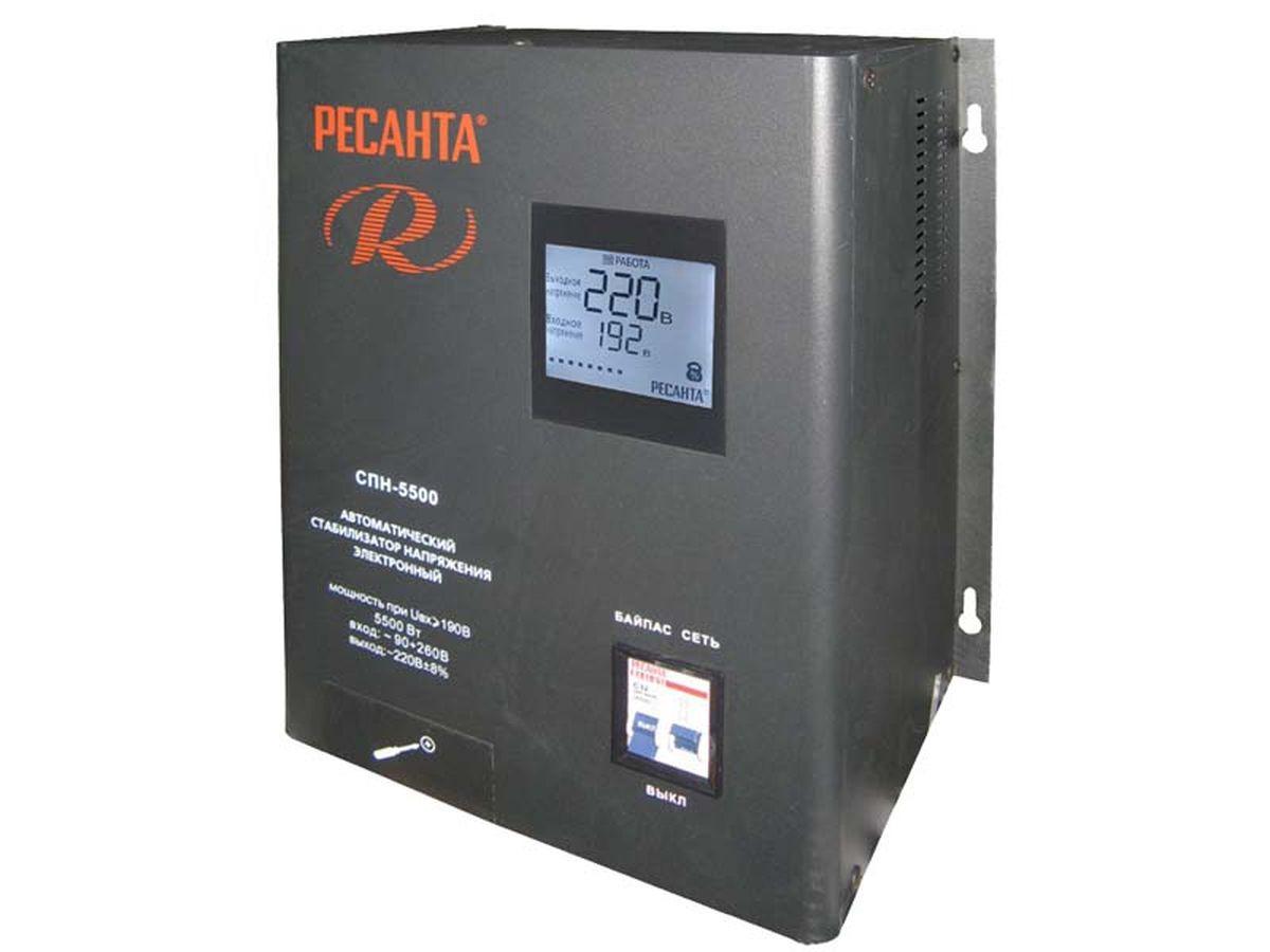 Ресанта Стабилизатор СПН- 8300Вт63/6/27Настенный релейный стабилизатор пониженного напряжения Ресанта СПН-5500 предназначен для автоматического поддержания в электрической сети заданного напряжения (220 В). Устройство оснащено двухсекционным автоматическим выключателем с блокировкой возможности одновременного включения. При включении в положение Сеть нагрузка подключится к сети через стабилизатор, при включении в положение Байпас нагрузка будет подключена к сети в обход системы стабилизации. Стабилизатор Ресанта СПН-5500 обеспечивает полную защиту электроприборов и электрооборудования бытового и промышленного назначения от внезапного изменения напряжения электросети, стабильное электропитание оборудования в условиях продолжительного по времени заниженного или завышенного напряжения электросети, возможность безотказной и правильной работы электрооборудования в условиях нестабильного напряжения электросети. Устройство осуществляет непрерывный контроль напряжения на входе и выходе, фильтрацию сетевых помех,...