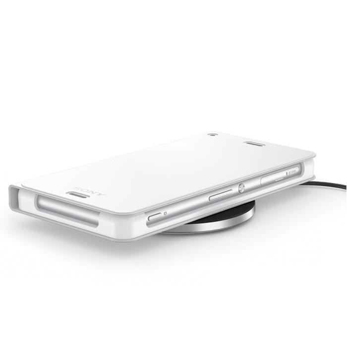 Sony WCR14 беспроводная зарядная панель + чехол для Xperia Z3, White7311271501893С Sony WCR14 вы можете забыть о неудобных кабелях: просто положите телефон в беспроводном зарядном чехле на зарядное устройство и начните зарядку. Если понадобится принять срочный вызов или бежать на совещание, просто возьмите смартфон. Вам больше не придется распутывать метры кабеля и тянуться к розетке: теперь зарядка стала простой и удобной. Беспроводной зарядный чехол WCR14 можно использовать дома или в офисе как подставку с регулируемым углом наклона. Вы сможете легко проверить, кто вам звонит, а также работать в Интернете и смотреть видео. Беспроводное зарядное устройство можно разместить где угодно: на столе в гостиной, ванной или любой другой комнате. Просто положите на него смартфон, чтобы зарядить. Световой индикатор подскажет, когда зарядка завершится.