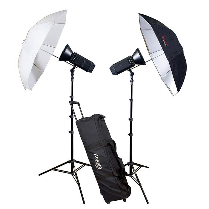 Rekam CoolLight 1500 LED UM KIT комплект студийного осветительного оборудованияCL1500LED UM KITКомплект осветительного оборудования CoolLight 1500 UM KIT создан на базе двух мощных, светодиодных осветителей. Комплект отлично подходит для любительской и профессиональной фото- и видео съемки, и способен решить самый широкий круг задач, особенно когда объекты съемки не допускают длительного нагрева – люди, цветы, продукты питания и т.п. Мощность от одного LED-осветителя, эквивалентна 800 Вт галогеновой лампы, а потребление энергии LED осветителя в 8 раз меньше, чем у галогенового аналога. Осветитель обеспечивает «холодный» свет, без «мигания», с цветовой температурой - 5600±200 °K. Универсальный рефлектор конической формы, с «зеркальной» поверхностью, способен увеличить интенсивность света в 2 раза. Комплект включает комбинированный зонт (на просвет и отражение), стойку с «воздушным амортизатором», защитный колпак для ламп, и удобную сумку на колесах для хранения и транспортировки комплекта. Тип крепления: Bowens ...