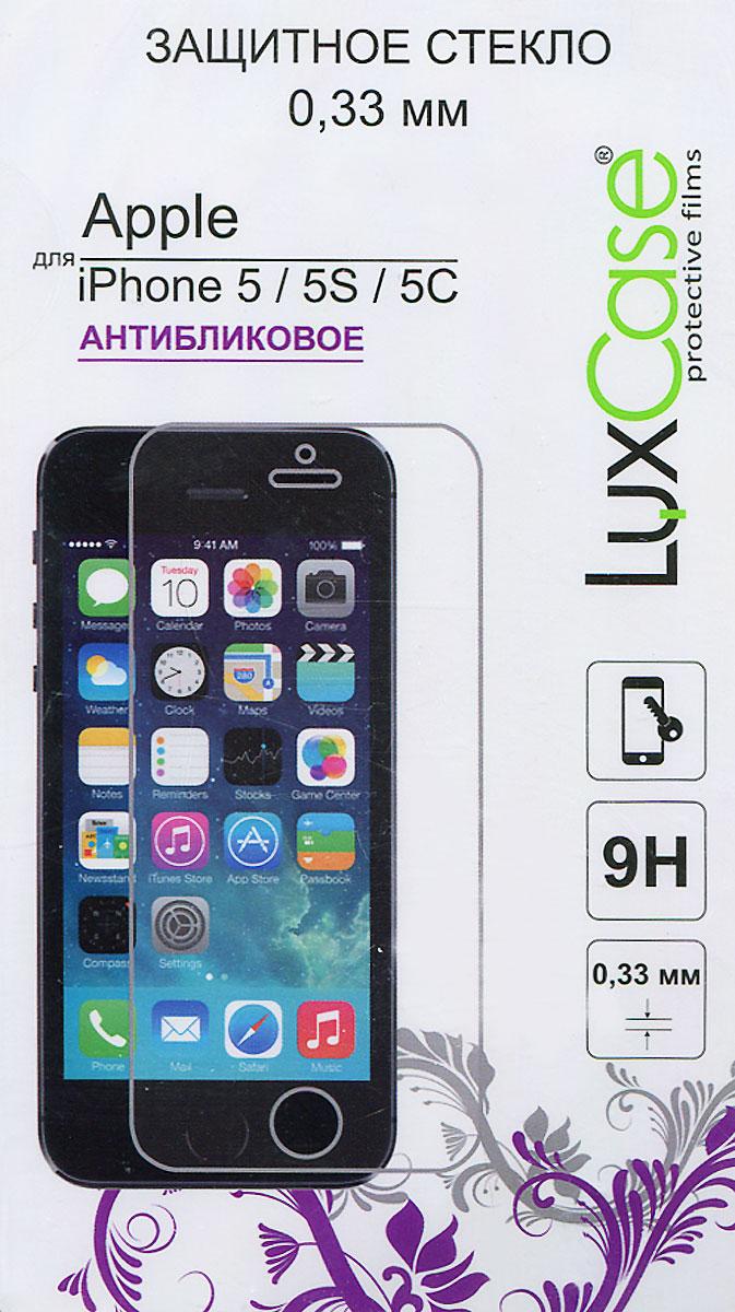 Luxcase защитное стекло для iPhone 5/5S/5C, антибликовое81213Защитное стекло Luxcase обеспечивает надежную защиту сенсорного экрана смартфона от большинства механических повреждений и сохраняет первоначальный вид устройства, его цветопередачу и управляемость. В случае падения стекло амортизирует удар, позволяя сохранить экран целым и избежать дорогостоящего ремонта. Стекло обладает особой структурой, которая держится на экране без клея и сохраняет его чистым после удаления. Поверхность: матовая Антибликовое покрытие