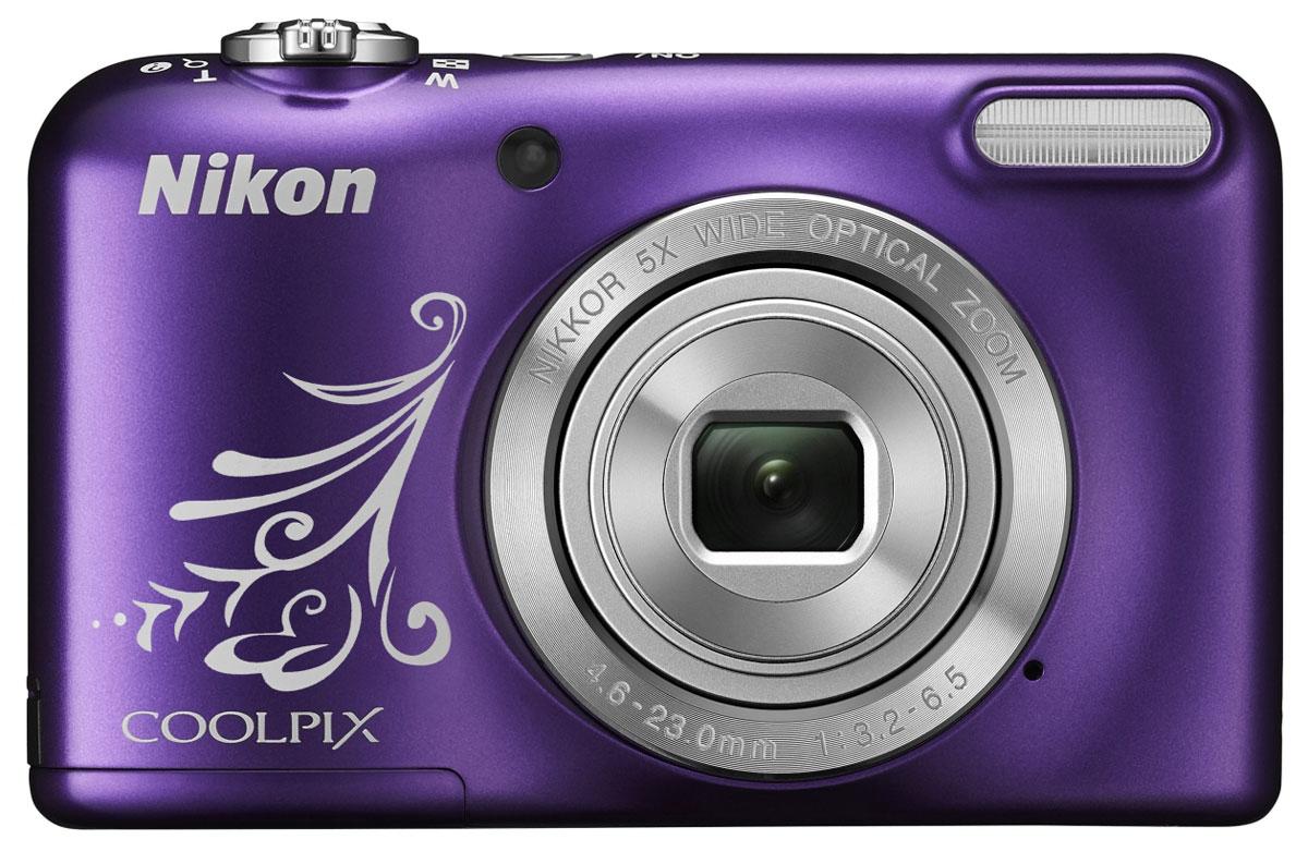 Nikon Coolpix L31, Purple цифровая фотокамераVNA873E1С простой в использовании, надежной и недорогой 16-мегапиксельной фотокамерой COOLPIX L31 ваши фотографии и видеоролики всегда будут на высоте. Созданные вами портреты родных и друзей всегда будут превосходными благодаря 5-кратному оптическому зуму, а при необходимости вы сможете быстро переключаться в режим видеосъемки, просто нажав кнопку записи видеороликов HD. Даже если это ваша первая фотокамера, вы без труда разберетесь в ее функциях. Благодаря удобному расположению кнопок и поддержке простого авто режима, в котором все необходимые параметры устанавливаются автоматически, качество полученных снимков всегда будет на высоте. Высокоэффективная 16-мегапиксельная матрица гарантирует высокую резкость и детализацию изображений. Ваши любимые снимки будут отлично смотреться при любом увеличении. Во время съемки различных мероприятий и праздников стоит воспользоваться 5-кратным оптическим зумом, который позволяет вести съемку в любых...