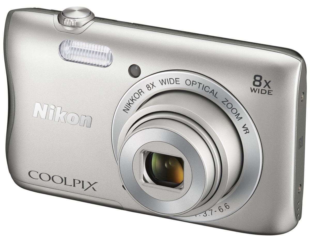 Nikon Coolpix S3700, Silver цифровая фотокамераVNA820E1Стильная и компактная 20-мегапиксельная фотокамера Nikon Coolpix S3700 оснащена встроенным модулем Wi-Fi и поддерживает технологию NFC. Таким образом, вы всегда можете оставаться на связи с друзьями и делиться высококачественными фотографиями, просто прикладывая фотокамеру к интеллектуальному устройству. Матрица CCD с большим числом пикселей позволяет получать четкие детализированные изображения, которые великолепно смотрятся как в формате обычных фотографий, так и в плакатном размере. Откройте новые возможности для съемки благодаря широкоугольному объективу с 8-кратным оптическим зумом, который можно расширить до 16-кратного с помощью функции Dynamic Fine Zoom. Видеосъемка — это просто. Просто нажмите на кнопку и запечатлейте самые интересные события в видеороликах формата HD (720/30p). Вы можете увеличивать масштаб во время съемки особых моментов, при этом функция подавления вибраций (VR) обеспечит плавную запись видеороликов. ...