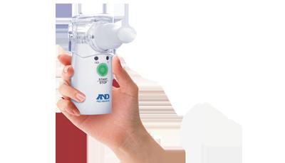 Ингалятор ультразвуковой с MESH технологией AND UN-233AC-M6042049Ультразвуковой ингалятор AND UN-233AC-M, работающий по инновационной МЕШ технологии, оснащен сетевым адаптером и маской для ингаляций. Компактность и легкость ультразвукового ингалятора сочетается с современной МЕШ-технологией. Аэрозоль данный прибор образует путем «продавливания» жидкого препарата сквозь микроскопические отверстия, расположенные в вибрирующей мембране (использование vibrating mesh technology – технология вибрирующей сетки). Низкая вибрация (всего 120 кГц) не разрушает лекарственный препарат. Прибор может работать как от пальчиковых батареек, так и от сетевого адаптера (есть в комплектации). Ингалятор занимает мало места (очень компактный) и обладает легким весом, поэтому его можно брать с собой на работу или в поездку. Экономично расходует лекарственные препараты и эффективно их доставляет в очаги заболеваний Компактность, небольшой вес и возможность работы от батареек позволяет брать ингалятор с собой в любой ситуации. Он...