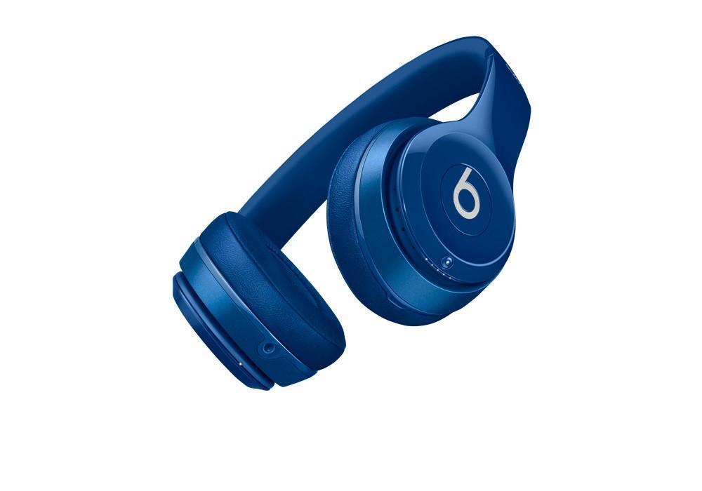Beats Solo 2 Wireless, Blue беспроводные наушникиMHNM2ZM/AНаушники Beats Solo2 - облегченная версия Studio. Они позволяют Вам насладиться качественным звуком и глубоким басом. Полная совместимость с устройствами Apple (iPhone, iPad, iPod), удобное переключение между песнями и входящими звонками. Теперь нет необходимости снимать наушники или говорить по телефону, ведь вы можете принимать вызовы с помощью наушников Beats Solo2. Компактные наушники Beats Solo2 изготовлены из супер легких материалов, а чашки наушников обшиты мягкой кожей. Благодаря удобной складной системе и элегантному дизайну, эти наушники станут хорошими спутниками в дороге.
