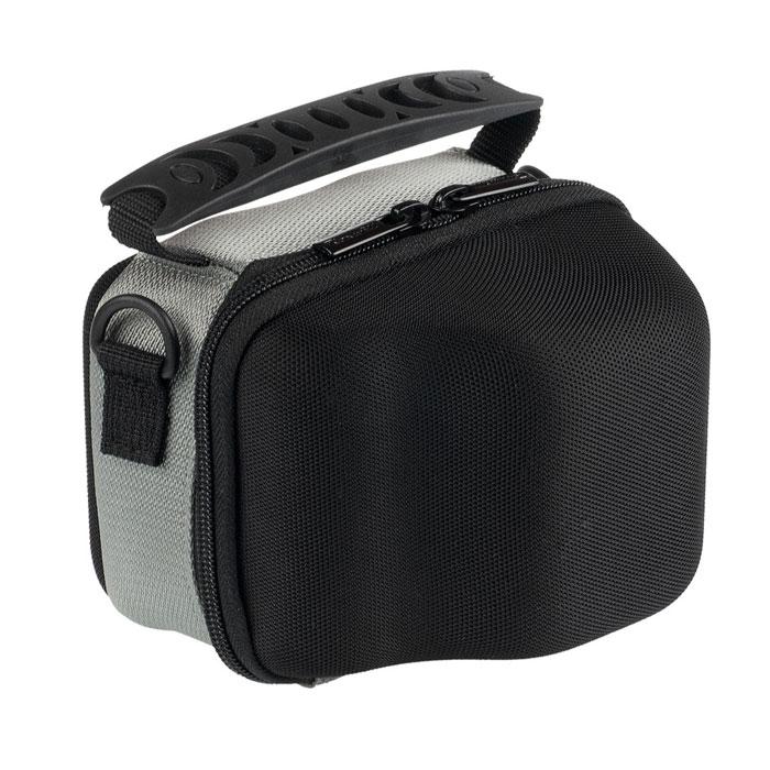 Roxwill L27, Black чехол для фото- и видеокамерL27 blackНадежная сумка Roxwill L27 для суперзумов и системных фотокамер. Надежно защитит вашу камеру от случайных ударов и царапин, а также от пыли и влаги. Сделана из материала EVA (вспененная резина), который не подлежит воздействию агрессивных веществ и предохраняет фотоаппарат при падении. Закрывается на двойную застежку «молния» и обеспечивает быстрый доступ к фотокамере. Имеется внутренний карман для карт памяти. Для переноски предусмотрены регулируемый наплечный ремень и удобная ручка.