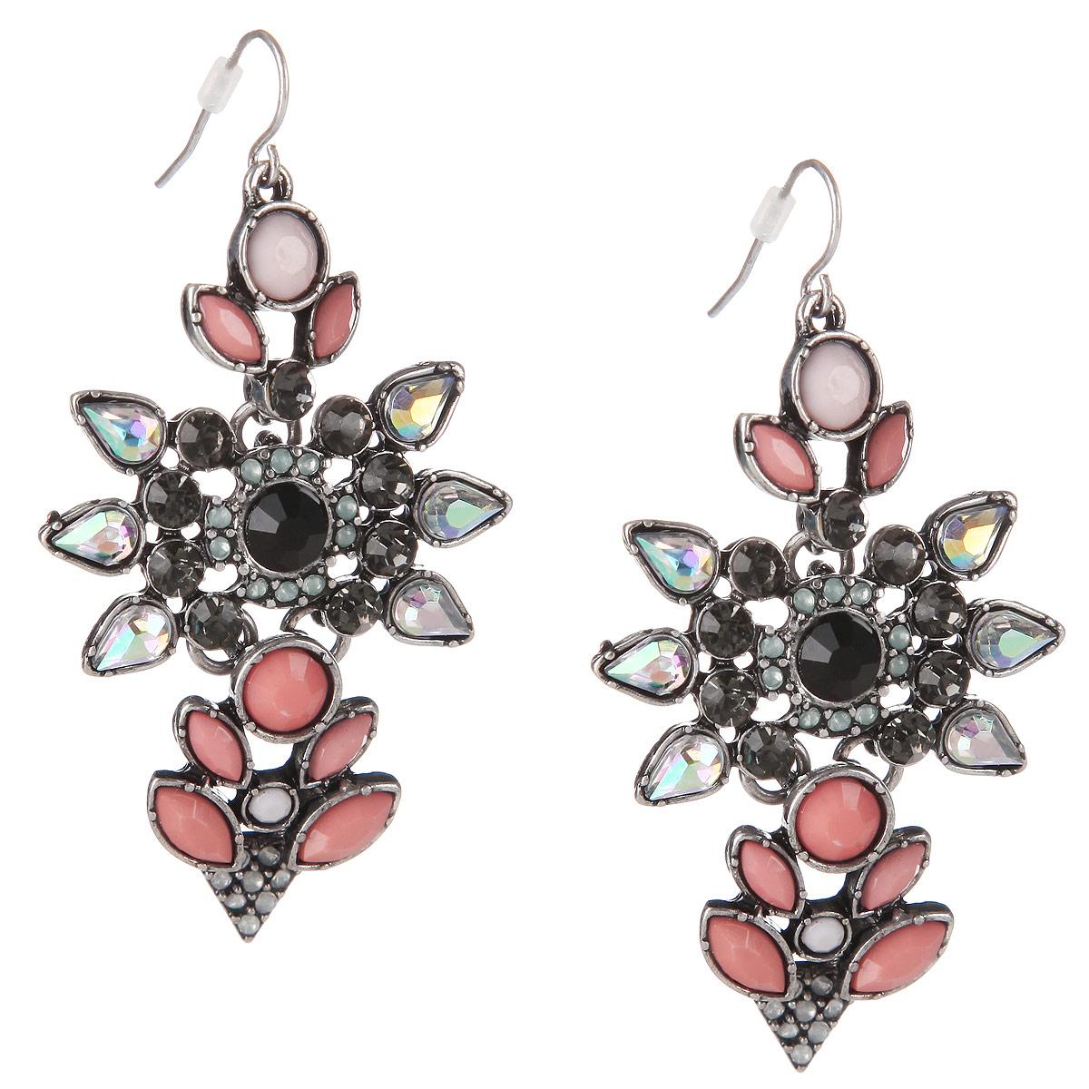 Серьги Milana Style, цвет: серебряный, розовый. 00482ed00482edОчаровательные сережки Milana Style не оставят равнодушной ни одну любительницу модных аксессуаров. Они изготовлены из высококачественного бижутерного сплава, украшены искусственными камнями розового цвета и сверкающими стразами. Изделие застегивается с помощью пластиковых заглушек. Благодаря изящному дизайну и лаконичному сочетанию цветов, серьги идеально подойдут как для повседневного образа, так и для вечернего наряда. Отличительные особенности бижутерии Taya- гармоничное сочетание исключительного качества, доступной цены и прекрасно узнаваемого авторского дизайна. Тщательно продуманная дизайнерами форма украшения сделает ваш образ ярче и индивидуальнее. Серьги, колье и кольца бренда Taya и Taya LX украсят любое вечернее платье, дополнят деловой образ и создадут настроение на вечеринке.