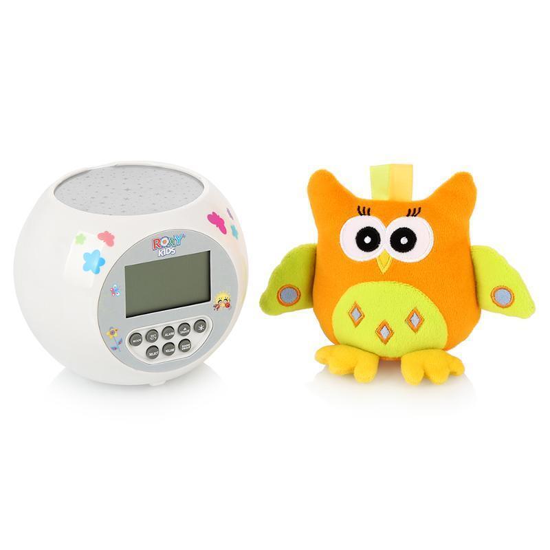 ROXY-KIDS Игрушка-проектор звездного неба OLLY с совойR-AC299Игрушка и ночник-проектор звездного неба OLLY. Функции проектора: проекция звездного неба, встроенные колыбельные мелодии (10 штук), световые эффекты, контрастные звезды, 3 уровня громкости. Специальные функции: часы, будильник, таймер, календарь, температура окружающего воздуха, подсветка дисплея в ночное время суток. Помогает малышам сладко заснуть, развивает зрительное восприятие, формирует музыкальный слух. Мягкая игрушка для малышей развивает тактильные и зрительные ощущения. Игрушка-проектор звездного неба OLLY с совой - чудесный прибор, который создаст в детской волшебную, умиротворяющую атмосферу. Теперь ваш ребенок будет засыпать быстрее и спать спокойнее, завороженный мягким сиянием звездного неба и расслабляющей музыкой. Цвет звезд, озаряющих стены и потолок детской, незаметно изменяется во время работы проектора, и эти переливы сопровождают плавно сменяющиеся колыбельные мелодии. Вы сможете подобрать наиболее комфортный для малыша уровень...