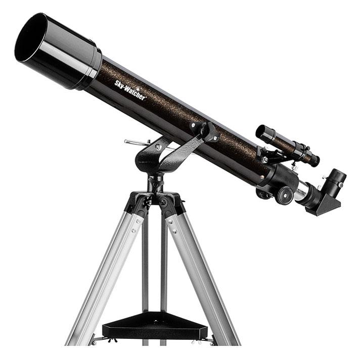Sky-Watcher BK 705AZ2 телескопBK 705AZ2Компактный ахроматический рефрактор Sky-Watcher BK 705AZ2 станет прекрасным подарком для начинающего любителя астрономии. Это качественный и простой в управлении инструмент, с помощью которого можно изучать Луну, планеты и другие объекты Солнечной системы. Данная модель представляет собой ахромат: благодаря особой конструкции объектива хроматические аберрации сведены к минимуму. На оптические поверхности нанесено многослойное просветляющее покрытие, улучшающее качество картинки. Для предварительного наведения на объект используется оптический искатель с 6-кратным увеличением. В комплект входят окуляры 10 мм и 25 мм, дающие увеличение 50 и 20 крат. Труба телескопа устанавливается на азимутальную монтировку. Монтировка проста в управлении, поэтому прекрасно подходит даже для новичков. Высота алюминиевой треноги регулируется. Удобный лоток позволяет держать необходимые аксессуары под рукой.