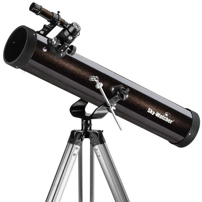 Sky-Watcher BK 767AZ1 телескопBK 767AZ1Телескоп Sky-Watcher BK 767AZ1 – это качественный и простой в управлении рефлектор начального уровня. Эта модель идеальна для загородных наблюдений, однако его можно использовать и в городе. С помощью этого телескопа можно увидеть двойные звезды с разделением более 2 (например, Альбирео или Мицар), тусклые звезды до 11,5 звездной величины, крупные шаровые и рассеянные скопления и многое другое! Зеркальный телескоп дает яркое изображение, полностью свободное от хроматических аберраций. Данная модель комплектуется двумя окулярами: 25 мм и 10 мм. Начинать наблюдения лучше всего с окуляра с большим фокусным расстоянием, поскольку он обеспечивает лучший обзор. Оптическая труба устанавливается на азимутальную монтировку. Монтировка позволяет перемещать телескоп по горизонтали и вертикали. Алюминиевая тренога снабжена лотком для аксессуаров. Высота треноги регулируется.