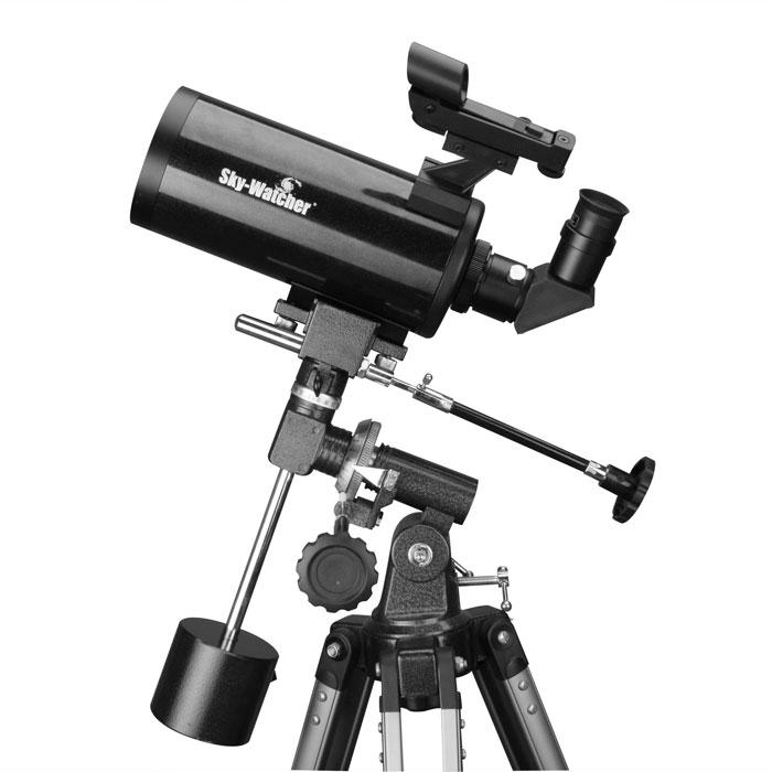 Sky-Watcher Synta BK MAK90EQ1 телескопBK MAK90EQ1Sky-Watcher Synta BK MAK90EQ1 – это компактный катадиоптрик для изучения Луны, планет Солнечной системы и объектов дальнего космоса. Данная модель прекрасно подходит и для городских, и для загородных наблюдений. Качественная оптика формирует яркое, чистое и четкое изображение. Телескоп собран по оптической схеме Максутова-Кассегрена. Подобная конструкция позволяет добиться высоких оптических характеристик при компактных размерах трубы. В комплект входят окуляры 20 мм и 10 мм. Первый рекомендуется использовать для обзорных наблюдений, а второй позволяет детально изучать астрономические объекты. Экваториальная монтировка дает возможность компенсировать суточное вращение небесных тел, поэтому объект будет оставаться в поле зрения пользователя. Для астрофотографии монтировку можно дополнить моторными приводами (приобретаются отдельно). Алюминиевая тренога обеспечивает устойчивое положение телескопа.