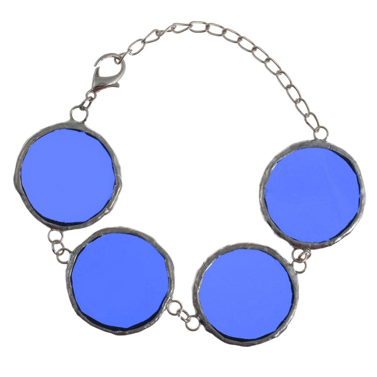 Браслет Естественный отбор, цвет: синий. Ч-0033Ч-0033Браслет Естественный отбор не оставит равнодушной ни одну любительницу необычных аксессуаров. Браслет выполнен из металла и стекла в виде четырех полупрозрачных звеньев круглой формы. Застегивается на замок-карабин с регулирующей длину цепочкой. Такое украшение подчеркнет вашу яркую индивидуальность и поможет создать экстравагантный образ. Очень яркий браслет для не менее яркой особы. Он сделает вас заметной в любом месте и в любой компании.