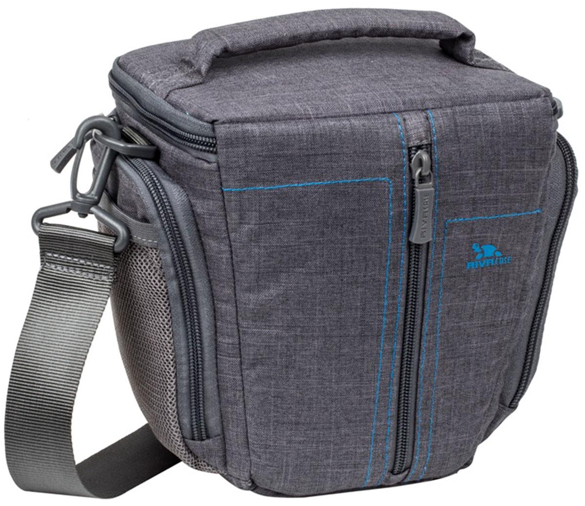 Riva 7501 SLR Canvas Case, Grey сумка для зеркальной фотокамеры6580Стильная сумка с контрастной синей подкладкой и чехлом от дождя Riva 7501 SLR Canvas Case для зеркальной фотокамеры с установленным объективом из высококачественной, водоотталкивающей ткани имеет верхний откидной клапан, который закрывается на молнию и обеспечивает быстрый доступ к фотокамере. Передний внешний карман на молнии служит для хранения аксессуаров, как и два внешних боковых кармана на молнии и дополнительный карман на задней стенке. Для переноски предусмотрены регулируемый наплечный ремень с мягкой накладкой и удобная ручка.