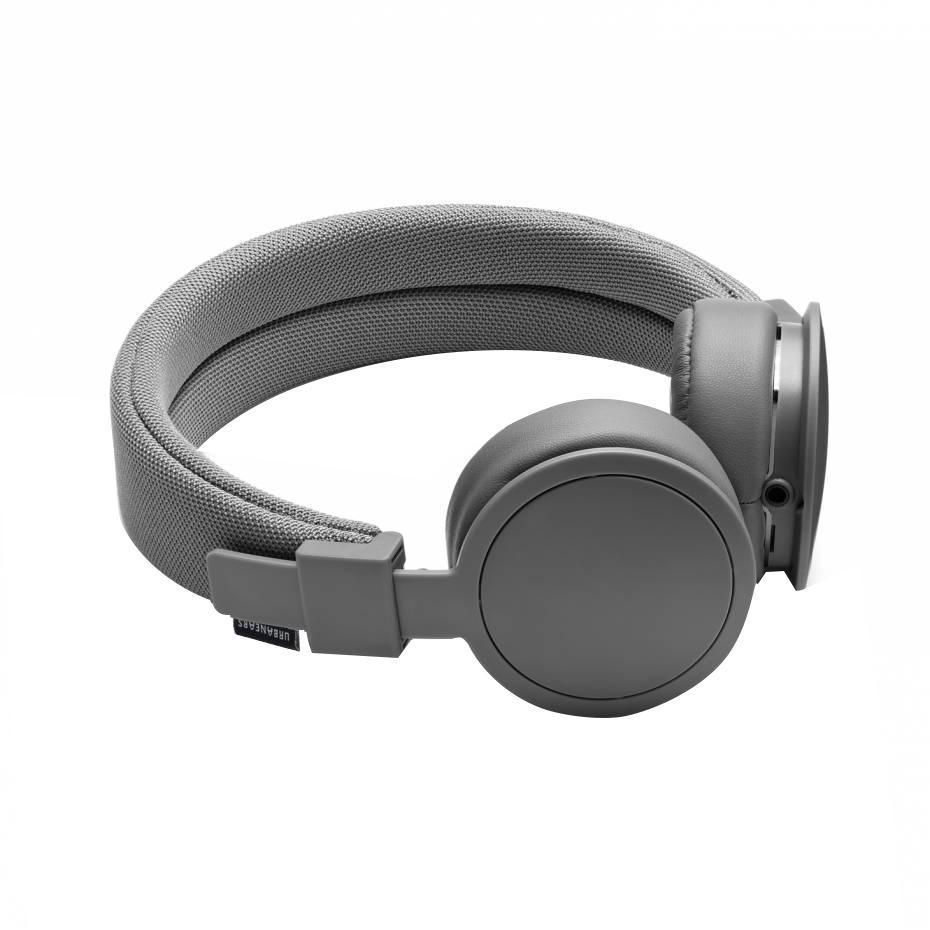 Urbanears Plattan, Dark Grey наушники15117042Urbanears Plattan Dark grey Накладные наушники Urbanears Plattan выпускаются в широкой гамме ярких расцветок и обладают высоким качеством изготовления. Стоит заметить, что наушники полностью окрашены в один цвет, включая кабель и корпус соединительного разъема, что кроме всего прочего делает их весьма стильным аксессуаром. Конструкция стереотелефонов очень проста, но в то же время хорошо продумана и вполне надежна. Мягкие подушки амбушюров из искусственной кожи вполне комфортно прилегают к ушам, и, благодаря тому, что наушники закрытые, обеспечивают хорошую шумоизоляцию. Наушники Urbanears Plattan оснащены динамическими излучателями диаметром 40 мм, которые имеют 60-омный импеданс. Простые держатели чашек позволяют сложить их внутрь оголовья с тем, чтобы наушники можно было удобно перевозить в багаже или даже носить в кармане. Так они не сломаются, и места будут занимать гораздо меньше. Регулировка размера наушников производится одним движением, что также весьма...