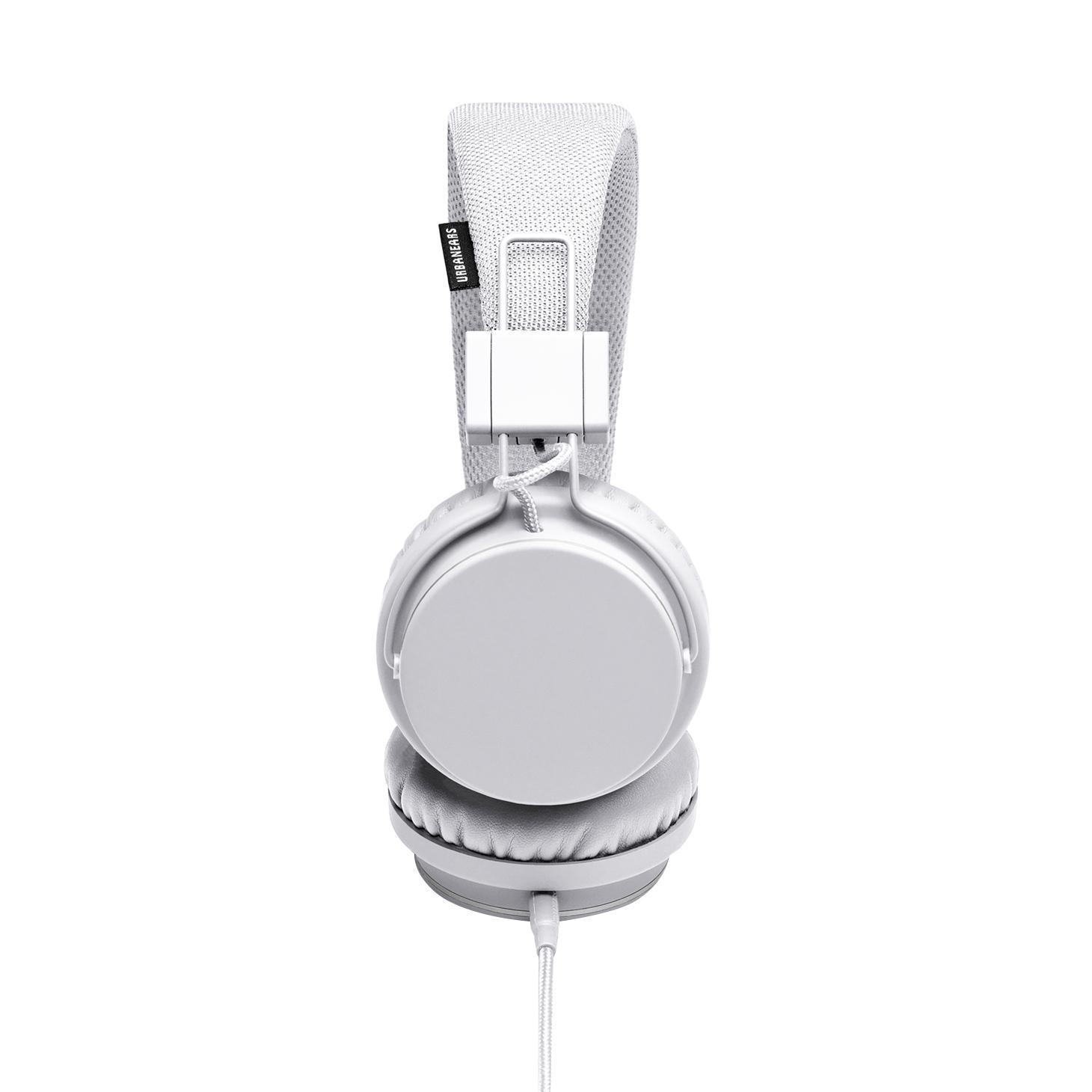 Urbanears Plattan, True White наушникиPlattan whiteUrbanears Plattan - качественные накладные наушники с классическим оголовьем для вашего устройства, надежно прижимающим динамики к ушам и распределяющим нагрузку по всей голове. Удобная «посадка» обеспечивает долгое, комфортное ношение. Внушительных размеров динамики передают чистый звук с выразительными низами и звонкими верхами. Встроенный микрофон позволяет общаться «без использования рук», а его высокая чувствительность делает вашу речь хорошо разборчивой на другом конце «провода». Urbanears Plattan отлично подходят как для общения, так и для прослушивания музыки, радио, просмотра видеороликов и фильмов. Устройство совместимо с такими моделями Apple iPad 3, iPad 4, iPad mini, iPad mini 2, iPad Air, iPod touch 5G, iPhone 4S, iPhone 4, iPhone 5, iPhone 5S.