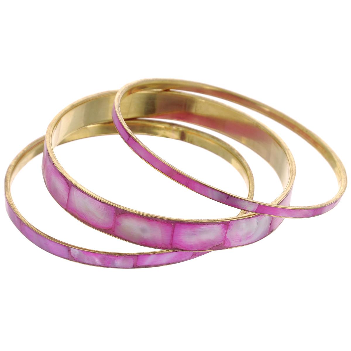 Набор браслетов Ethnica, цвет: розово-фиолетовый, 3 шт. 097040097040Роскошный набор браслетов Ethnica, выполненный из металла золотистого цвета, состоит из трех браслетов различной ширины. Браслеты оформлены прямоугольными вставками из ракушек. Прочный каркас защищает изделие от повреждений. Стильный набор браслетов эффектно дополнит любой образ, подчеркнет вашу индивидуальность и позволит всегда выглядеть неотразимо.
