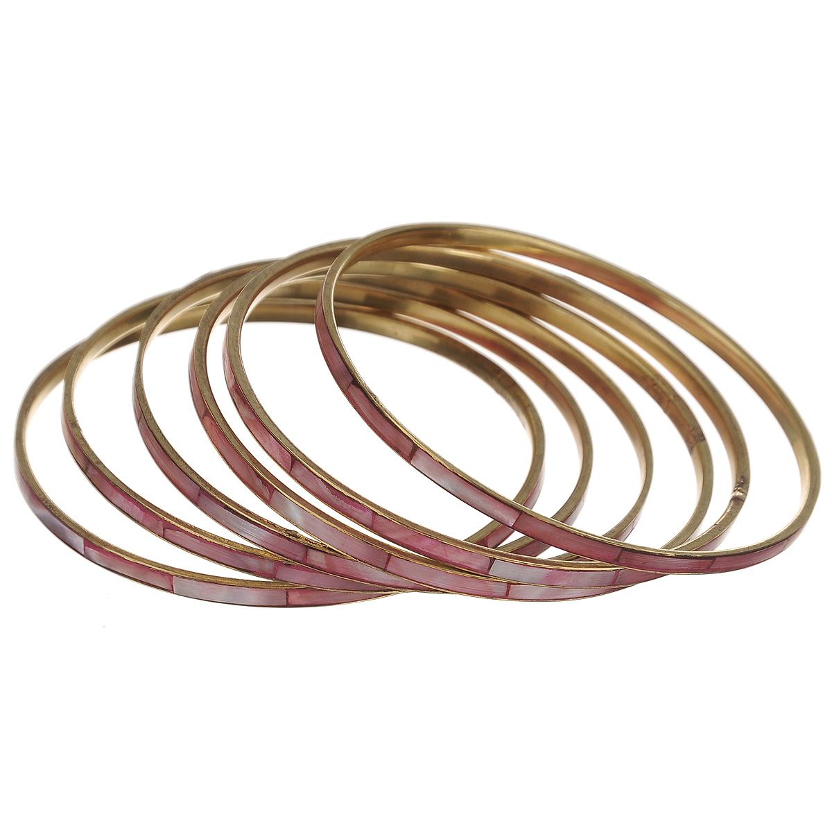 Набор браслетов Ethnica, цвет: розовый, 6 шт. 098045098045Стильный набор браслетов Ethnica выполнен из блестящего золотистого металла со вставками из натуральных ракушек. В набор входят шесть браслетов одинаковой ширины. С таким модным ярким аксессуаром вы сможете каждый день экспериментировать со своим образом, привнося в него новые краски и настроение.