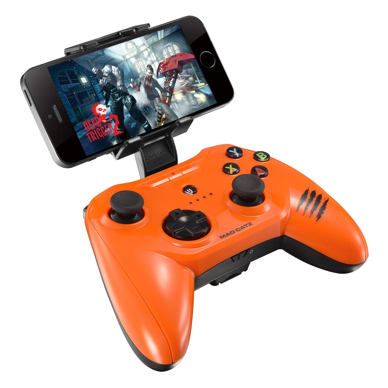 Mad Catz C.T.R.L.i, Gloss Orange беспроводной геймпад для iPhone и iPadMCB312630A10/04/1Mad Catz C.T.R.L.i - стильный беспроводной геймпад для iPhone или iPad. Контроллер превратит ваше мобильное устройство в игровую консоль и позволит играть где угодно - дома, в поездках, путешествиях. Он оснащен лицензированным модулем связи от Apple и совместим с iPhone и iPad 5 поколения. Данная модель подключается к мобильному устройству через протокол Bluetooth. Благодаря энергоэффективному модулю Bluetooth 4.0 геймпад может проработать в автономном режиме до двух суток. Для комфортной игры на ходу новинка оснащена съемными регулируемыми зажимами, в которые можно вставить iPhone или iPad. При этом в устройстве не перекрывается разъем Lightning и его можно заряжать даже во время игры. Mad Catz C.T.R.L. i позволяет играть и на большом экране, используя в качестве консоли планшет или смартфон от Apple, соединив его с телевизором с помощью HDMI-кабеля. Геймпад имеет классический дизайн и традиционный набор средств управления: 8-позиционный D-pad и два аналоговых...
