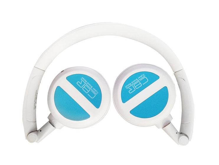 CBR CHP 633 Bt, Blue Bluetooth-гарнитураCHP 633CBR CHP 633 Bt - современная беспроводная гарнитура, которую отличает полный набор необходимых возможностей, таких как управление треками и громкостью, поддержка A2DP, AVRCP, работа в стандарте Bluetooth 3.0, а также совместимость с устройствами под управлением Android, iOS, Windows. Что это значит для потребителя? Это значит, что: 1) подключить нашу гарнитуру просто; 2) звук будет в стерео-формате; 3) скорости обмена данными будет достаточно для воспроизведения высококачественного аудио с минимальным сжатием; 4) энергопотребление ниже, а значит, продолжительность работы на одной зарядке - больше. Для максимального комфорта и изоляции внешних шумов гарнитура оборудована мягкими амбушюрами, ее складное оголовье делает устройство компактным и транспортабельным, а цвета отлично сочетаются с классикой жанра - линейкой iPod. В комплекте с гарнитурой поставляется Bluetooth-адаптер, поэтому устройство готово к использованию даже с персональным компьютером.