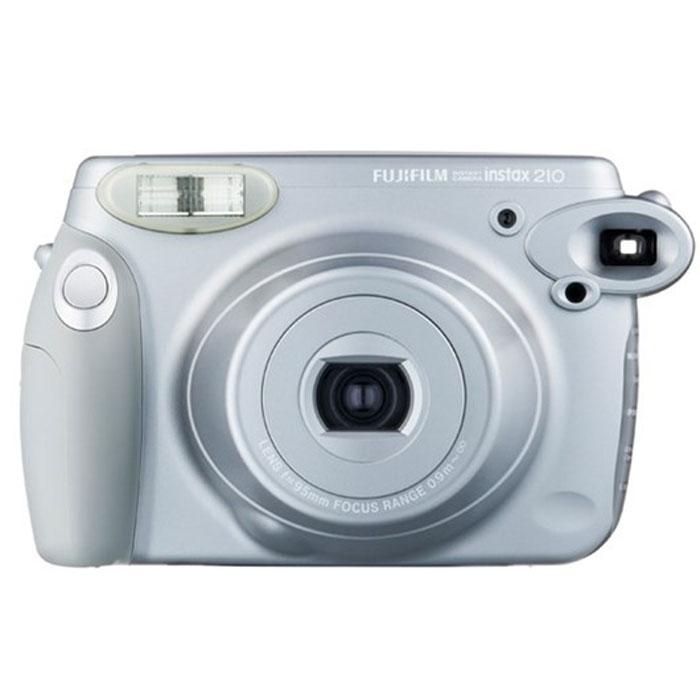 Fujifilm Instax 210, Silver фотоаппарат моментальной печати16267806Широкоформатную камеру Fujifilm Instax 210 с функцией мгновенной печати можно использовать для съемки величественных пейзажей, празднеств с множеством гостей и даже для съемки на деловых мероприятиях. Такую стильную камеру не стыдно показать на любом торжестве. Встроенный выдвижной объектив расширяет ваши творческие возможности. Регулировка яркости/затемнения позволяет настраивать насыщенность цветов на конечной фотографии. В Fujifilm Instax 210 предусмотрен ряд других функций, таких как автоматическая электронная вспышка, регулирующая нтенсивность света в зависимости от расстояния, режим принудительной вспышки для снимков с контровым освещением и автоматически закрывающаяся крышка объектива. Фотопленка Fujifilm INSTAX Wide Размер снимка: 108 х 86 мм Размер изображения: 99 х 62 мм Автоматическая фокусировка Автоспуск Индикация расхода кадров Встроенная вспышка Дистанция для фокусировки: нормальный 0,9-3 м; пейзаж 3...