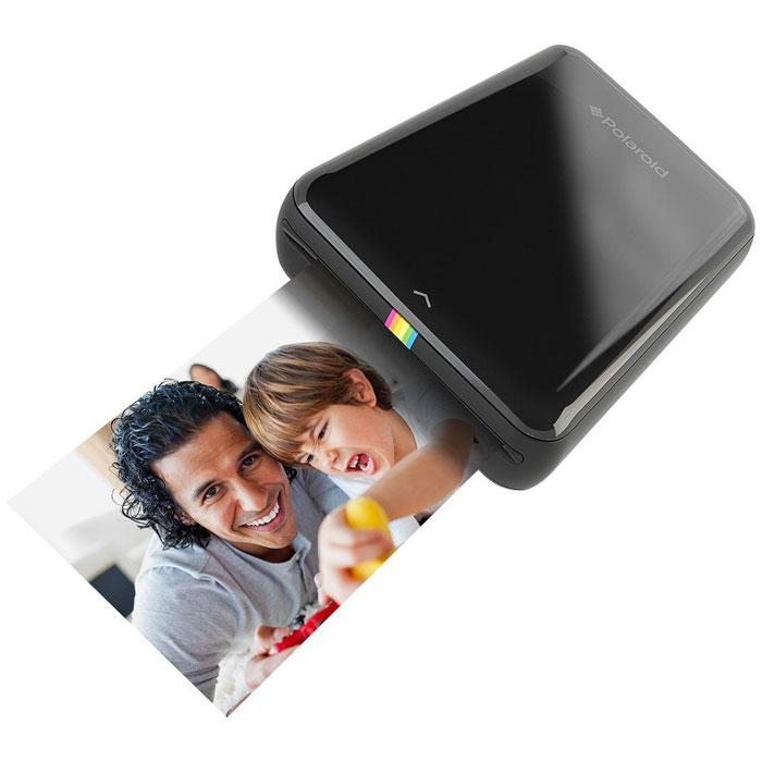 Polaroid Zip, Black карманный принтерPOLMP01BМобильный принтер Polaroid Zip создан для быстрой печати фотографий со смартфонов и планшетов под управлением iOS и Android. Устройство позволяет распечатать любую фотографию размером 2х3 дюйма (5х7,6 см). Polaroid Zip подключается к смартфонам и планшетам по NFC или Bluetooth 4.0 с помощью специального приложения-компаньона, которое позволяет не только печатать фото, но и вносить некоторые изменения предварительно. Принтер основан на бесчернильной технологии печати Zero Ink Printing. Одного заряда аккумулятора хватает, чтобы напечатать 25 фотографий. Питание: встроенный li-pol аккумулятор 500 мАч Время зарядки: 1,5 часа