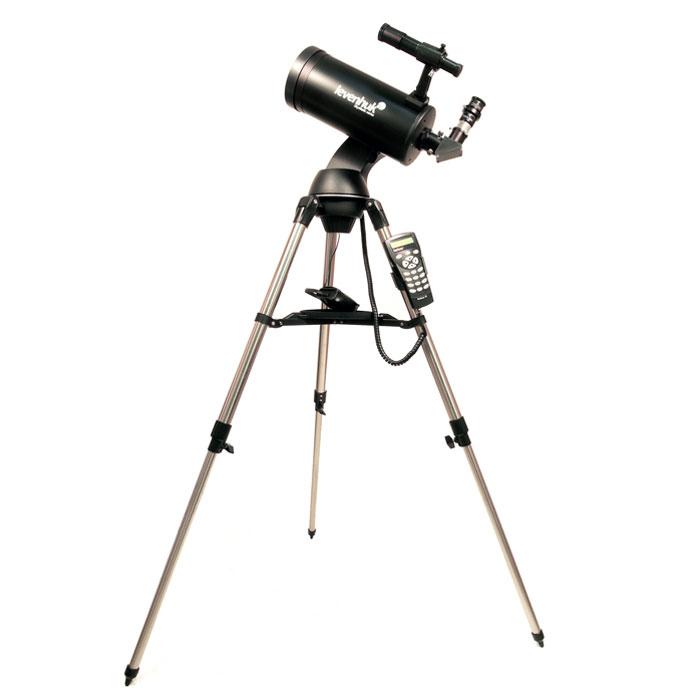 Levenhuk SkyMatic 105 GT MAK телескоп с автонаведением18116Levenhuk SkyMatic 105 GT MAK – телескоп с автонаведением, который обладает компактным размером и сравнительно небольшим весом, но при этом дающий изображение высокого качества. Компактность конструкции достигнута благодаря использованию оптической схемы Максутова-Кассегрена. Большое фокусное расстояние и 102-мм апертура особенно пригодятся наблюдателям планет и Луны, впрочем, и наблюдения далеких компактных туманностей и шаровые скоплений тоже не разочаруют. Благодаря монтировке, оснащенной приводами обеих осей, становится доступной астрофотография с короткими выдержками – зеркальная фотокамера или даже обычная веб-камера смогут показать панораму лунной поверхности или наиболее заметные детали на диске Юпитера, кольцо Сатурна, фазу Венеры. А главное – находить объекты телескоп будет сам, по команде наблюдателя. Азимутальная монтировка с автонаведением очень проста в управлении, которое осуществляется с помощью ручного пульта с системой SynScan AZ....