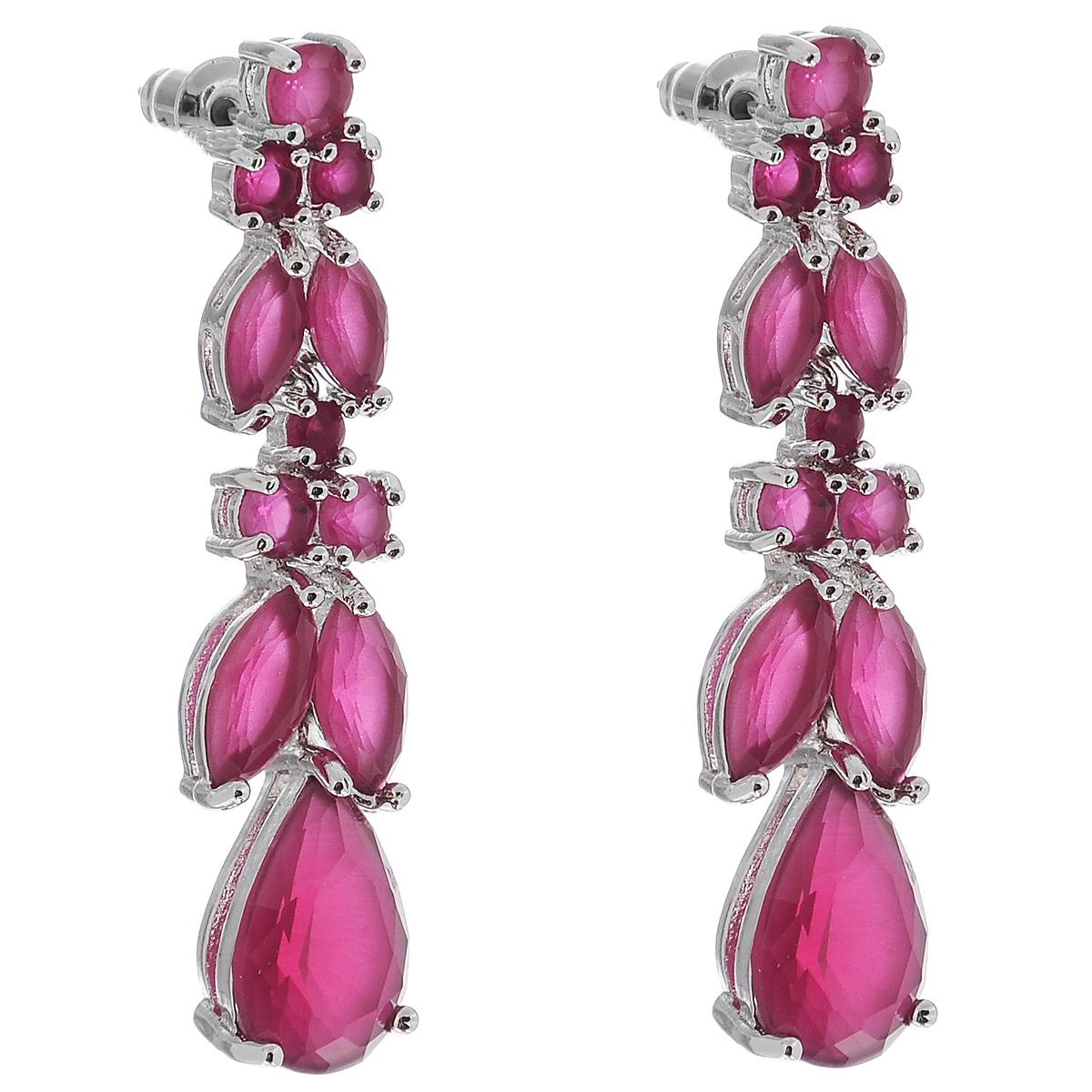 Серьги Taya, цвет: розовый. серебристый. T-B-7720T-B-7720-EARR-PINKЯркие утонченные серьги Taya выполнены из бижутерного сплава на основе латуни. Модель дополнена вставками из натуральных камней разного размера. Глубокий розовый оттенок изделия выглядит завораживающе и необычно. Все камни вставлены вручную. Застегивается на замок-гвоздик с пластиковыми заглушками. Такие серьги подчеркнут ваш стиль и позволят создать собственный, неповторимый образ.