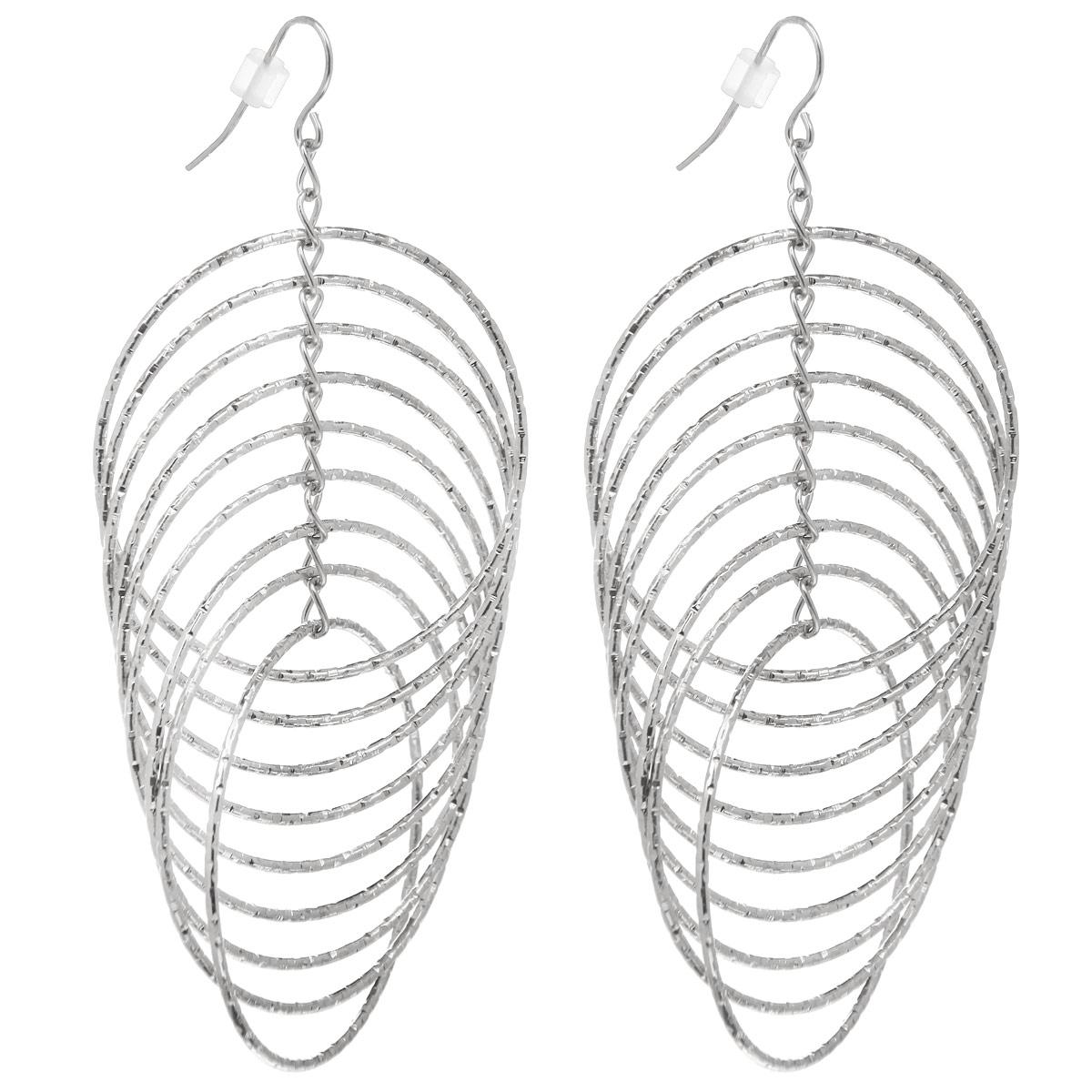 Серьги Taya, цвет: серебристый. T-B-5974T-B-5974-EARR-SILVERОригинальные серьги Taya, выполненные из гипоаллергенного сплава на основе латуни, не оставят равнодушной ни одну любительницу изысканных и необычных украшений. Серьги выполнены в этническом стиле в виде множества колец, которые пересекаются друг с другом. Имеют замок-петлю. Такие серьги позволят вам с легкостью воплотить самую смелую фантазию и создать собственный, неповторимый образ.