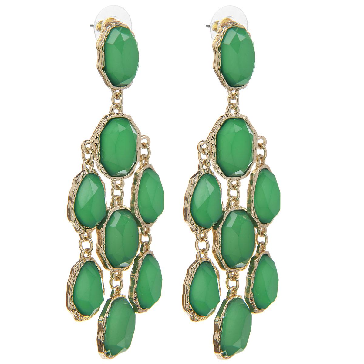 Серьги Taya, цвет: золотистый, зеленый. T-B-6243T-B-6243-EARR-GL.EMERALDОригинальные серьги Taya модного дизайна, выполненные из гипоаллергенного сплава на основе латуни, гальванического покрытия и пластика, не оставят равнодушной ни одну любительницу изысканных и необычных украшений. Серьги с крупными зелеными камнями, обрамленными золотой резьбой игриво движутся при ходьбе. Подойдут к колье и браслетам этой коллекции. Размер крупного камня 1,5 х 2 см. Закрываются на замок-гвоздик с пластмассовой задвижкой. Такие серьги позволят вам с легкостью воплотить самую смелую фантазию и создать собственный, неповторимый образ.