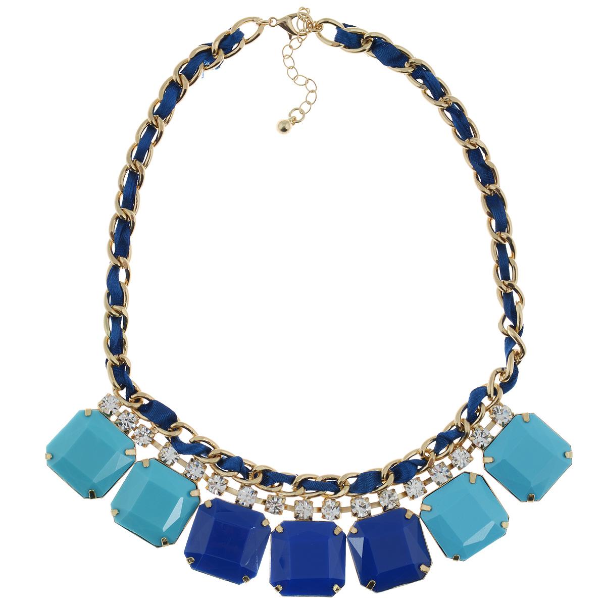 Колье Taya, цвет: золотистый, синий. T-B-6168T-B-6168-NECK-GL.BLUEСтильное колье модного дизайна Taya, состоящее из коротких одноярусных бус с дополнительными вставками, подчеркнет вашу красоту и преобразит даже повседневную одежду. Колье выполнено из гипоаллергенного сплава. По всей длине украшено атласной лентой синего цвета. Декоративная часть выполнена в виде квадратов из пластика одинаковой формы в голубых и синих оттенках и дополнена стразами белого цвета. Оно имеет надежную застежку-карабин с регулирующей длину цепочкой. Такое колье позволит вам с легкостью воплотить самую смелую фантазию и создать собственный, неповторимый образ.