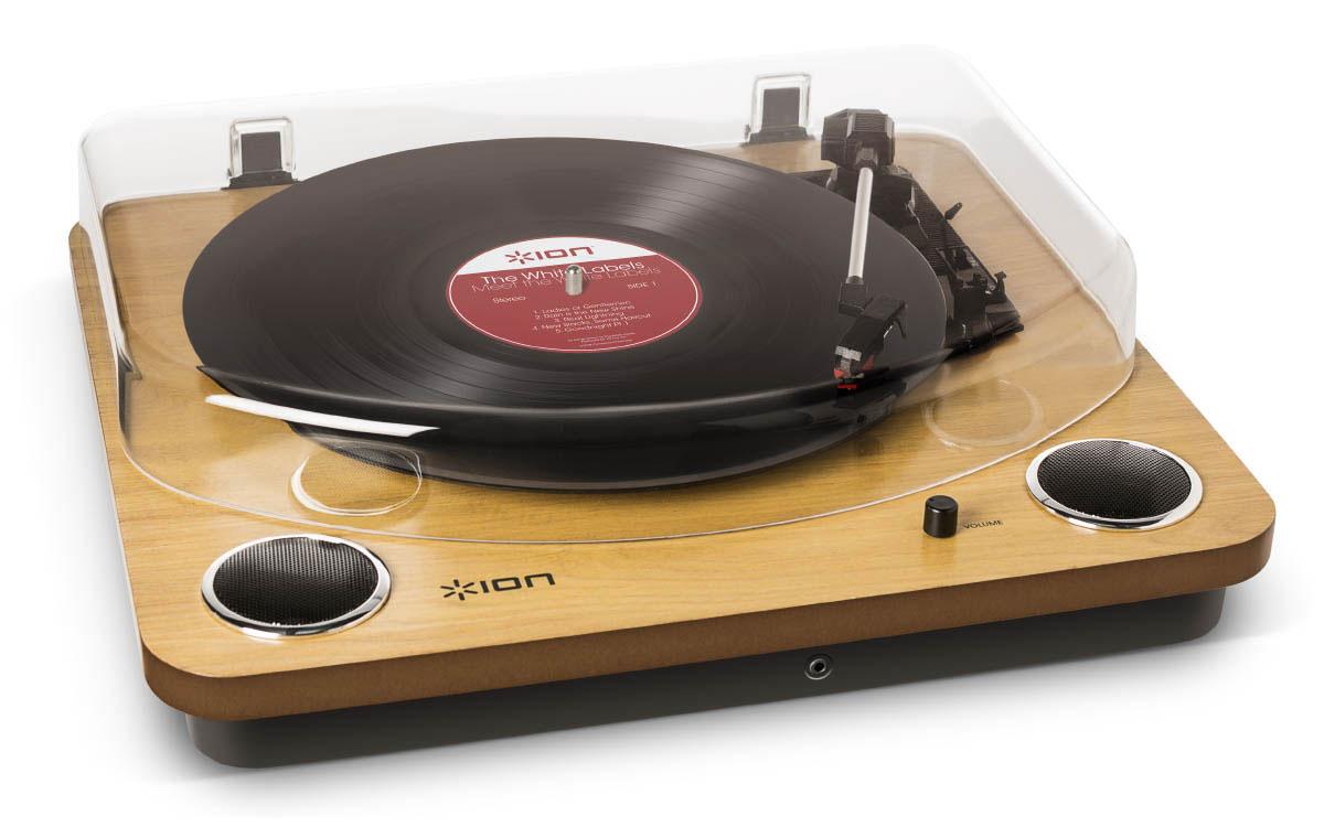 ION Audio MAX LP проигрыватель винила со встроенными динамиками2 MAX LPВиниловый проигрыватель ION Audio MAX LP имеет стильный ретро-дизайн, а также оснащен USB-портом и разъемом для подключения наушников. Подсоединив устройство к ПК или Mac, вы можете оцифровывать ваши любимые композиции в формат MP3. Специальная программа по конвертации EZ Vinyl/Tape Converter идет в комплекте. Программа автоматически формирует отдельные треки. Благодаря аудио выходам RCA музыку с MAX LP можно слушать на внешних стерео-колонках. Защитная крышка надежно сохранит проигрыватель и иглу в чистоте