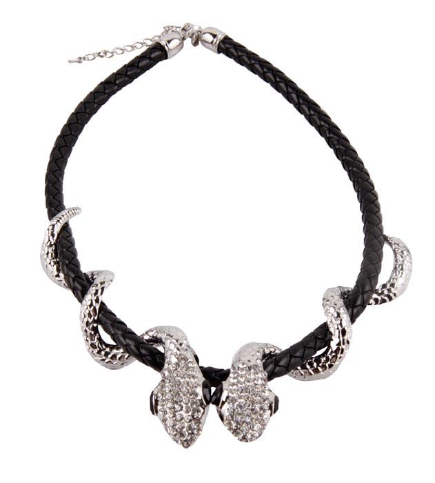 Ожерелье Две змеи. Бижутерный сплав, кожа, австрийские кристаллы. Западная Европа, конец XX векаОС23214Ожерелье Две змеи. Бижутерный сплав, кожа, австрийские кристаллы. Западная Европа, конец XX века . Размеры: длина 47см, диаметр 16 см. Сохранность хорошая. Ожерелье выполнен из бижутерного сплава серебряного оттенка и плетеной кожи. Изюминку браслету придают две красивых змеи, которые обвиты вокруг кожи. Змейки богато инкрустированы прозрачными австрийскими кристаллами, глазки у змеек красивейшие кристаллы черного цвета. Стильный и смелый аксессуар станет великолепным дополнением к вашему неповторимому образу.