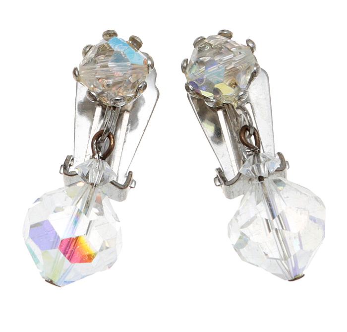Винтажные клипсы Хрустальный шары. Крупные кристаллы с эффектом Аврора Бореалис, бижутерный сплав серебряного тона. США, 1970-е годыНечаева 2709-21Винтажные клипсы Хрустальный шары. Крупные кристаллы с эффектом Аврора Бореалис, бижутерный сплав серебряного тона. США, 1970-е годы. Размер 1 х 3,5 см. Сохранность отличная.