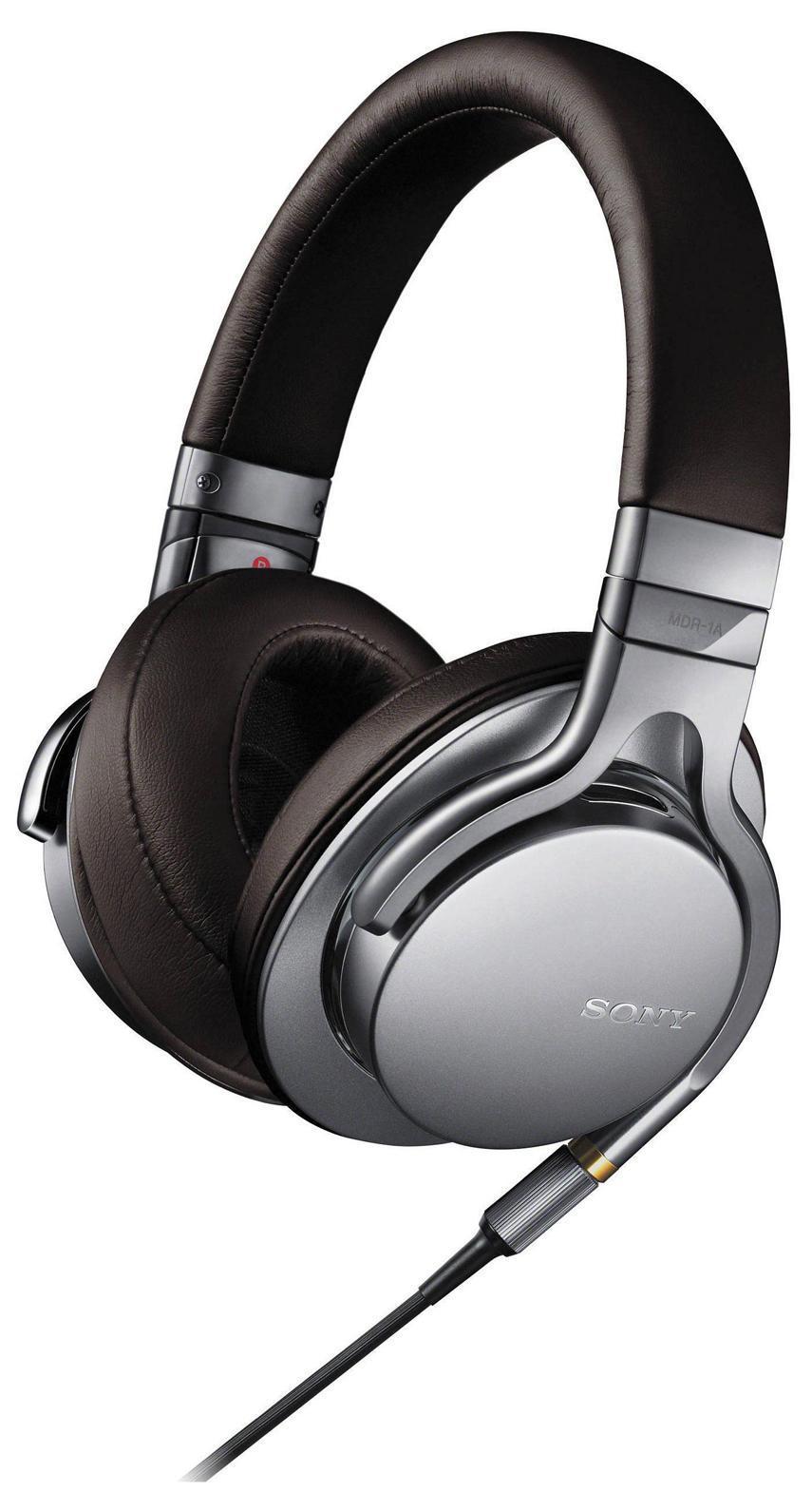 Sony MDR-1A, Silver наушникиMDR1AS.EУслышьте музыку такой, какой она была создана, благодаря форматам аудио высокой четкости Пусть ваша музыкальная коллекция зазвучит по-новому с поддержкой форматов аудио высокой четкости. За счет преобразования аналогового сигнала в цифровой с более высоким битрейтом по сравнению с компакт-дисками, (24 бит/192 кГц, вместо традиционных 16 бит/44,1 кГц) форматы аудио высокого разрешения позволяют максимально приблизить звучание записи к оригинальному студийному звуку. Оригинальное звучание благодаря динамическим головкам HD Мощные динамики HD диаметром 40 мм с большими вентиляционными отверстиями воспроизводят пульсирующий, энергичный бас даже в самых сложных музыкальных записях. Легкая и прочная диафрагма из ЖК-полимерной пленки с алюминиевым напылением характеризуется очень коротким временем отклика, что обеспечивает насыщенность и естественность вокальных партий и частот среднего диапазона. Сделайте громче и слушайте музыку в максимальной детализации на всем диапазоне